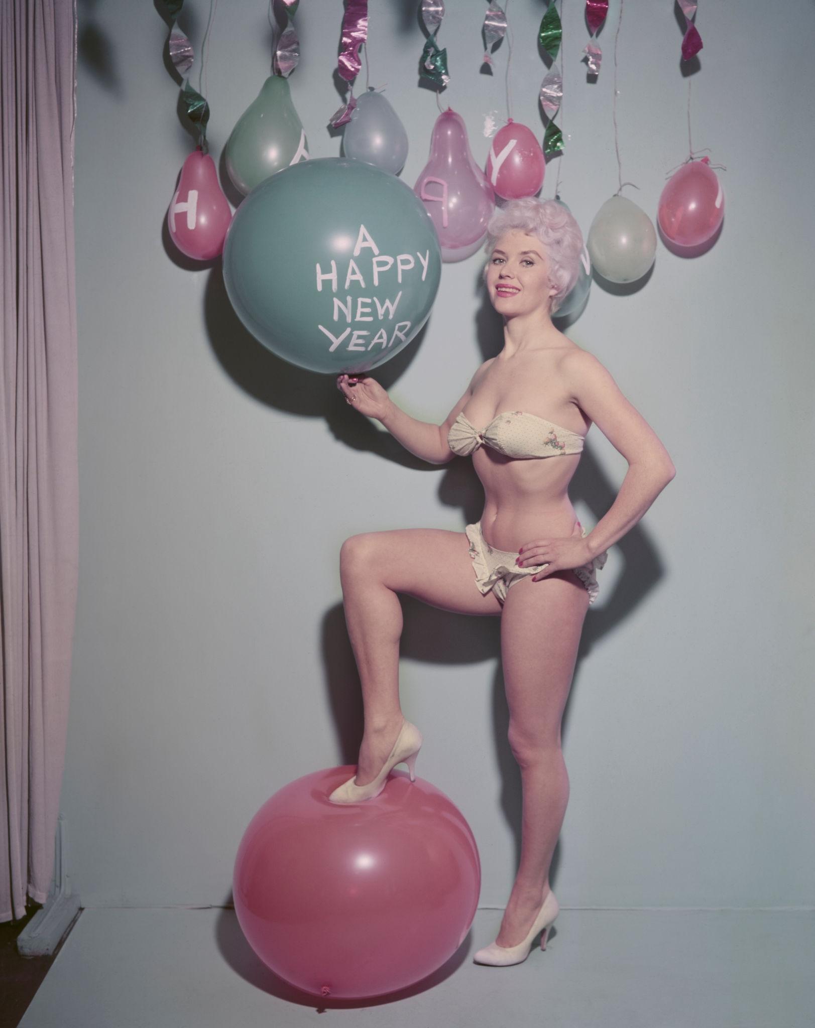 1960. Британская актриса Вера Дей держит воздушный шар с новым годом.jpg