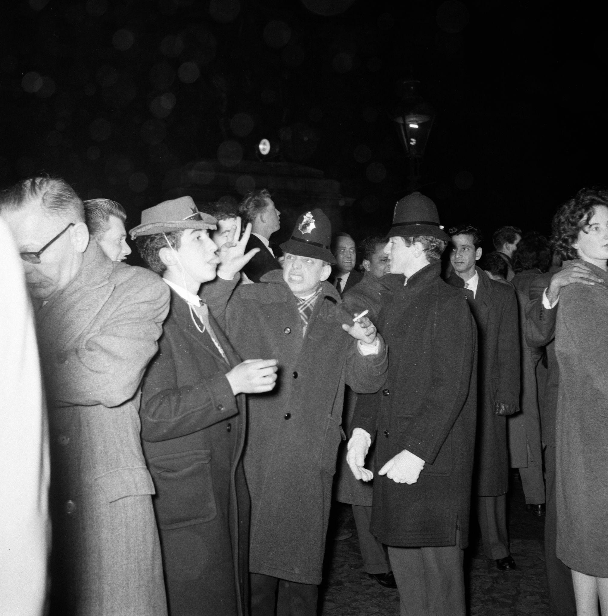 1960. Сцены на фонтане Трафальгарской площади в преддверии Нового года.jpg