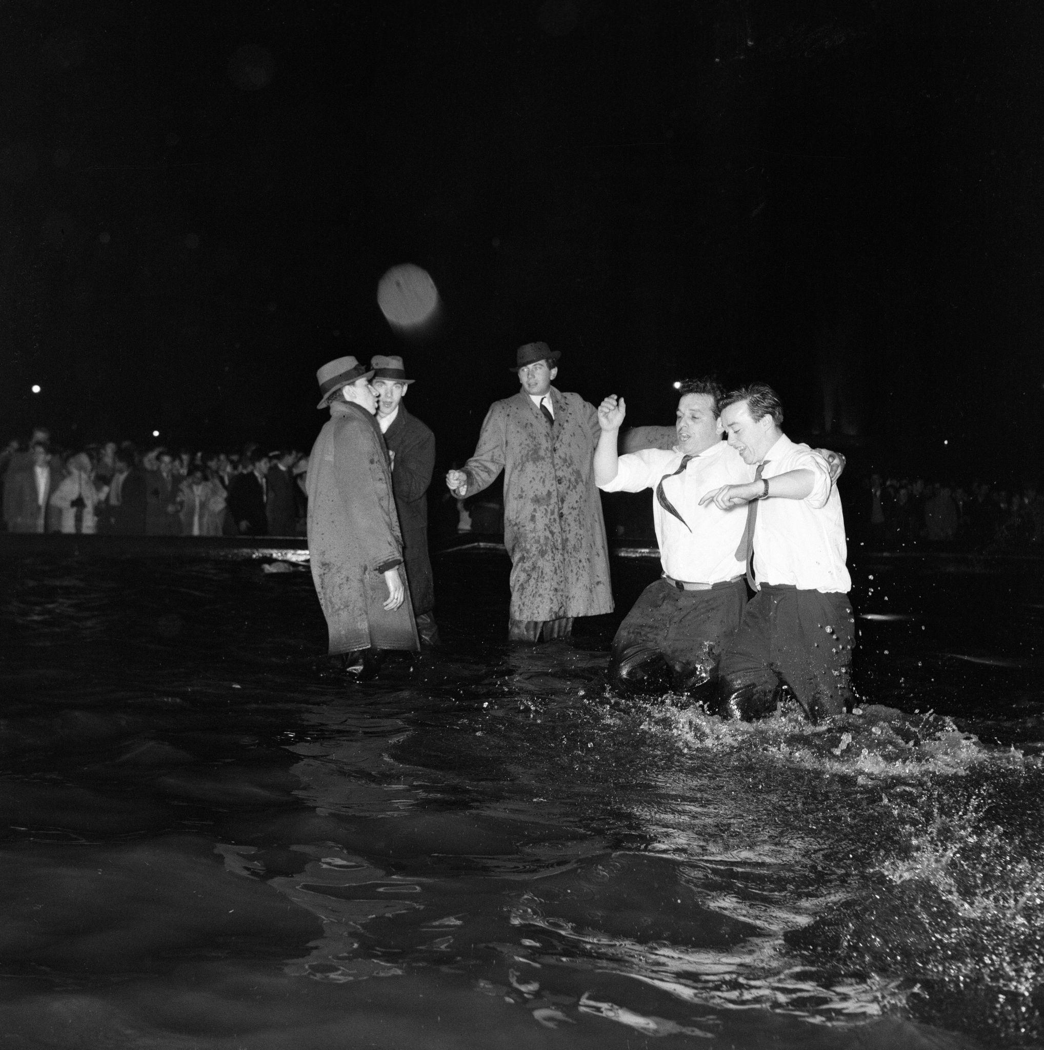 1960. Трафальгарская площадь.Тысячи людей собрались на площади, и многие пошли к фонтану, чтобы отпраздновать это Новый Год, 1 января.jpg
