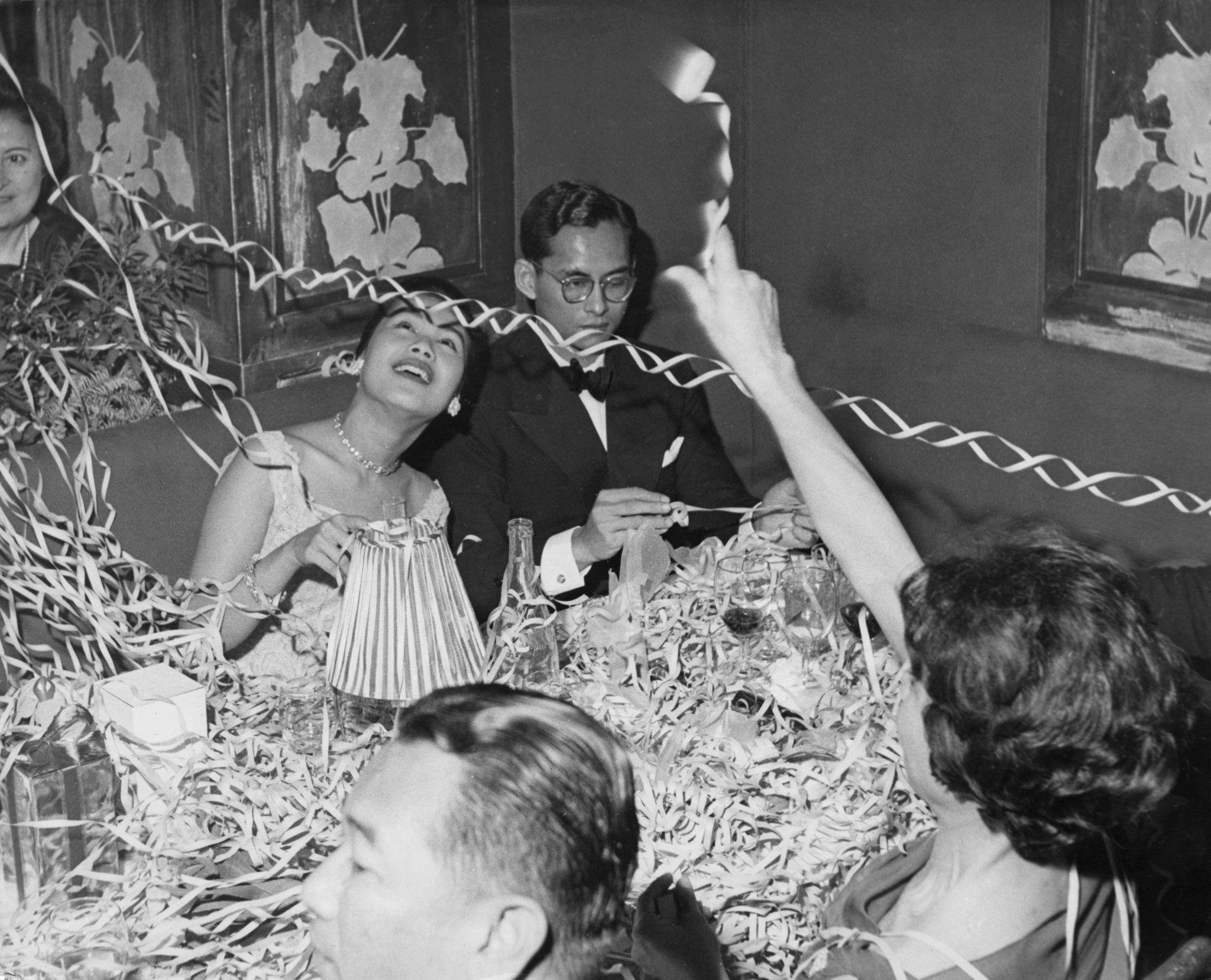 1961. Король Таиланда Пхумипон Адульядет и королева Сирикит празднуют Новый год в отеле Palace в Гштааде, Швейцария, где они отдыхают со своими детьми…