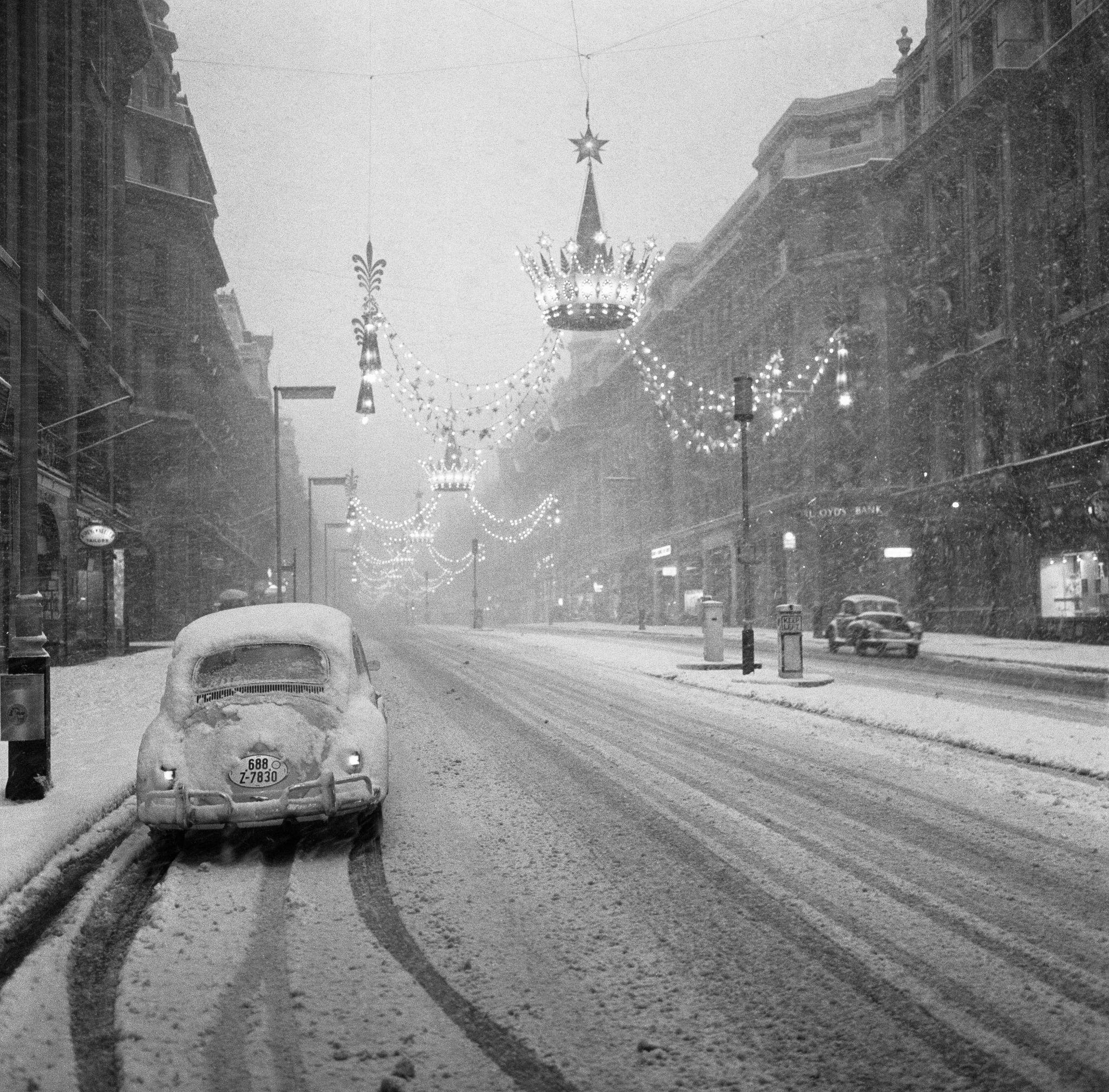 1961. Сильный снегопад в канун Нового года оставил лондонскую Риджент-стрит без покупателей.jpg