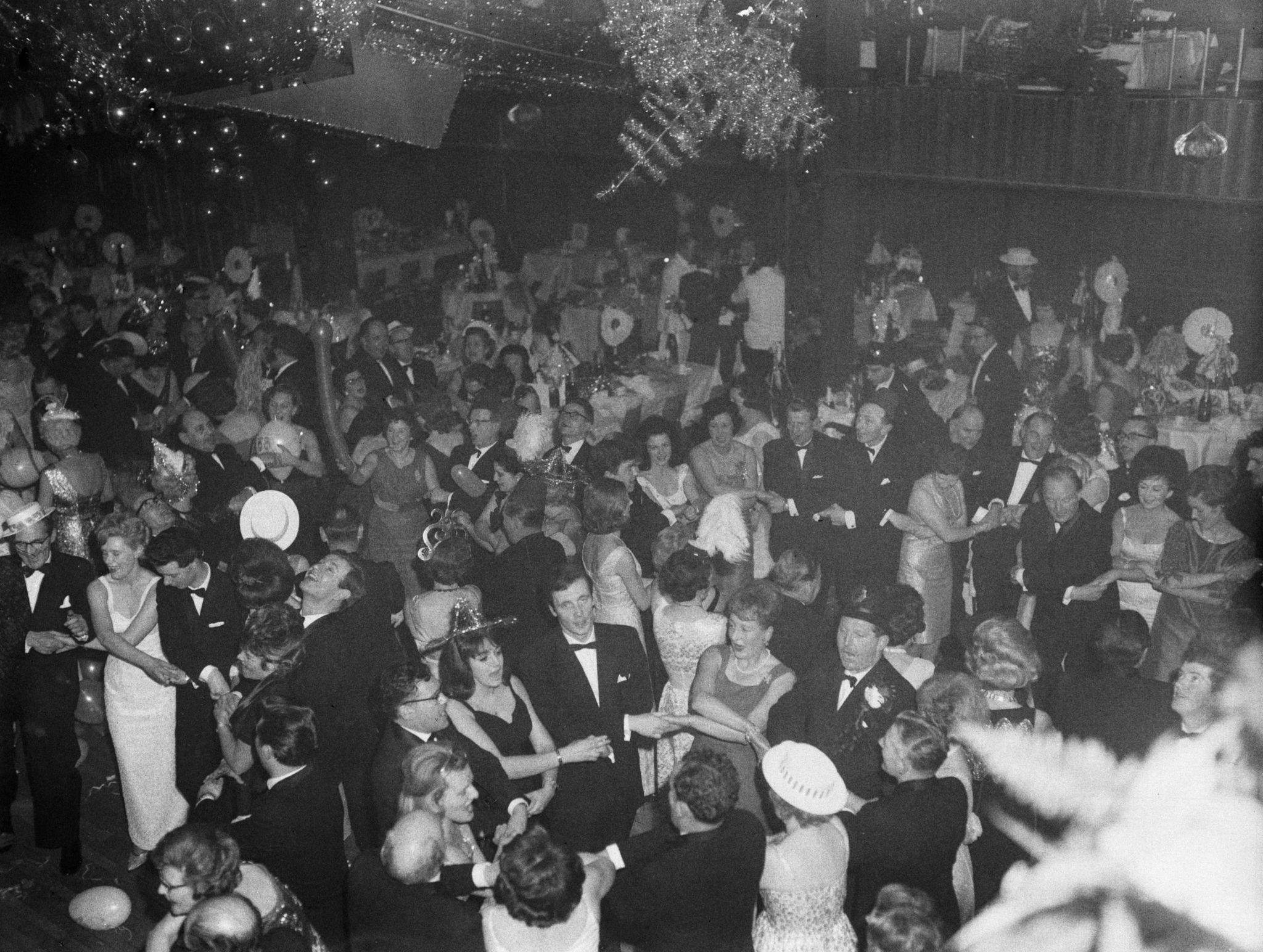 1963. Новый год Гуляки поют Auld Lang Syne в Leofric Hotel, Ковентри.  31 декабря  года.jpg