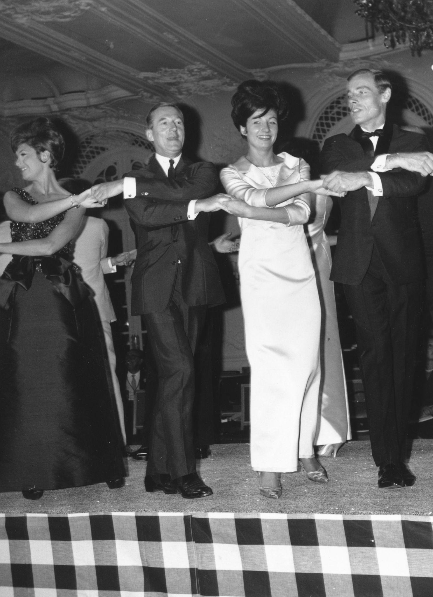 1963. Придворный дизайнер Харди Эмис встречает Новый год на своем показе мужской одежды в отеле Савой, Лондон.jpg