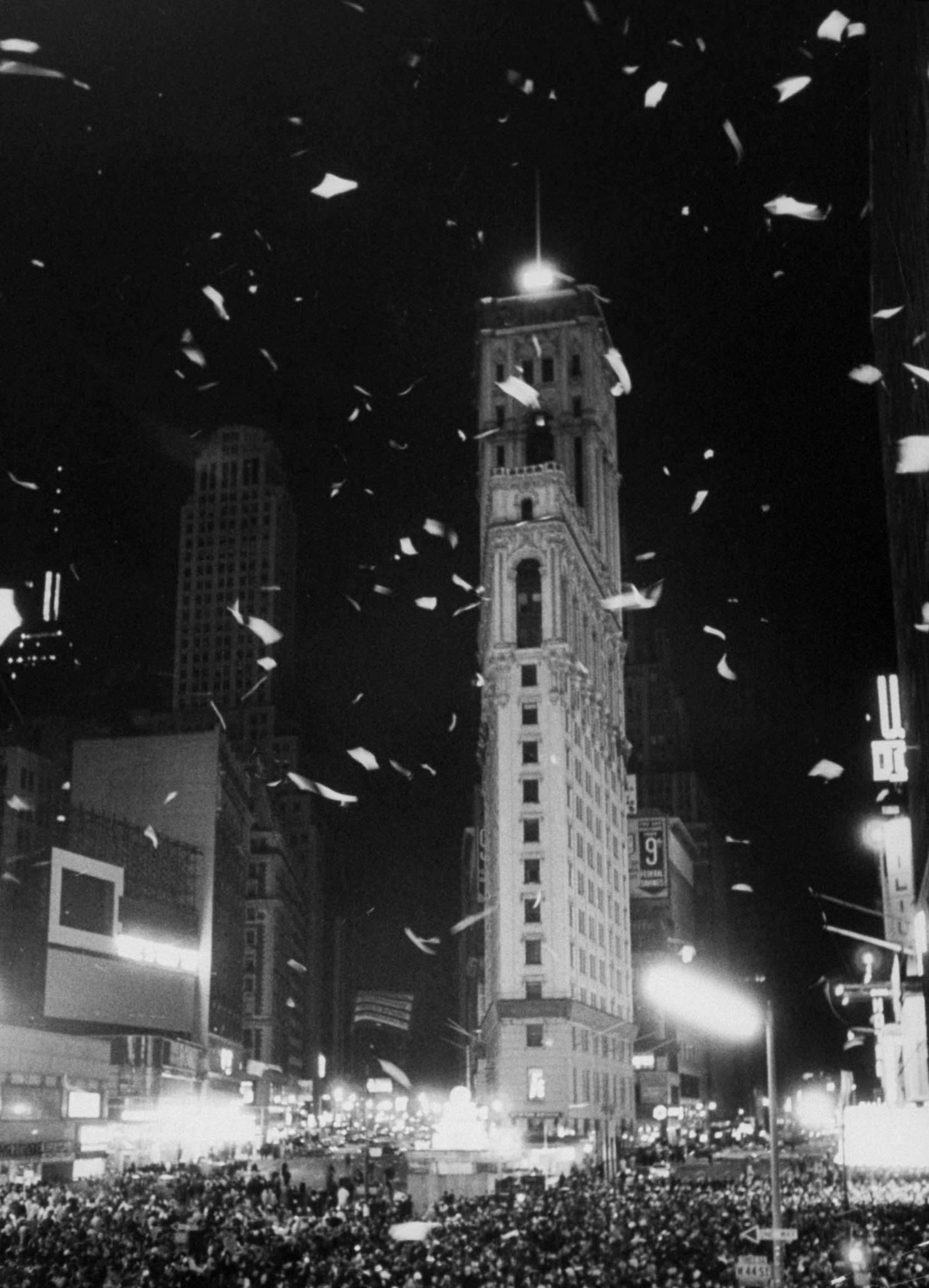 1963. Толпы людей собираются на Тайм-сквер, чтобы отпраздновать Новый год.jpg