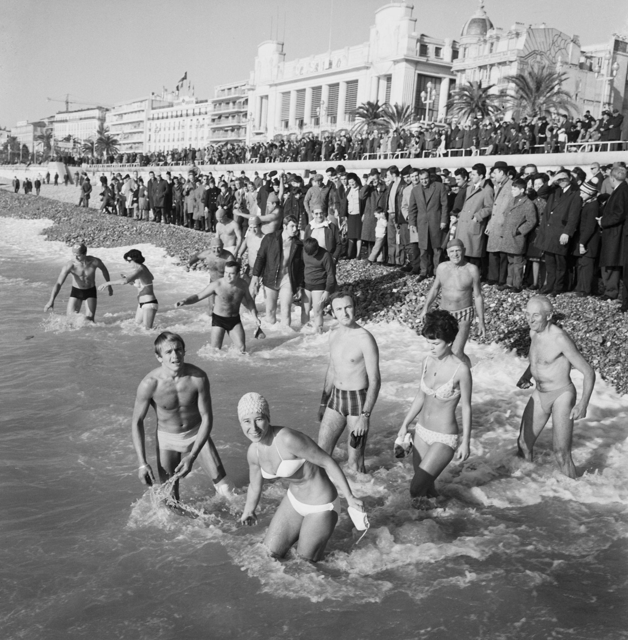 1968. Купание в канун Нового года под ярким солнцем на пляж в Ницце, 1 января.jpg