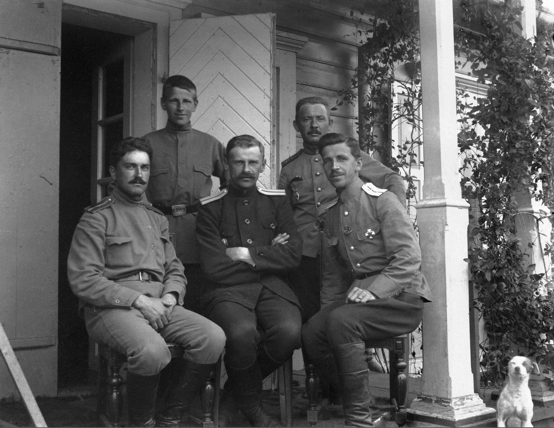 Военный инженер капитан Пётр Васильевич Заглядимов (в центре) с сослуживцами и сыном Дмитрием (стоит позади отца), будущим заместителем председателя Госплана СССР