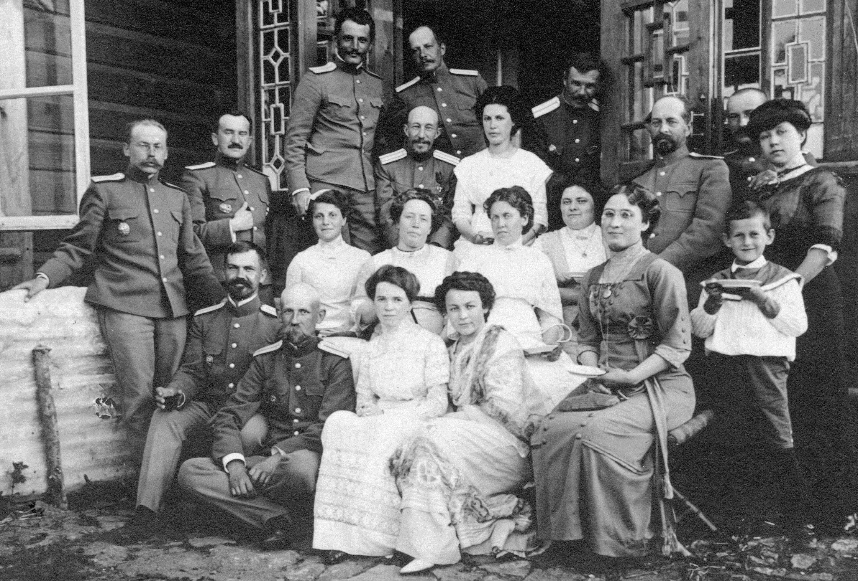 Группа военных инженеров с жёнами на о. Русский. 1912