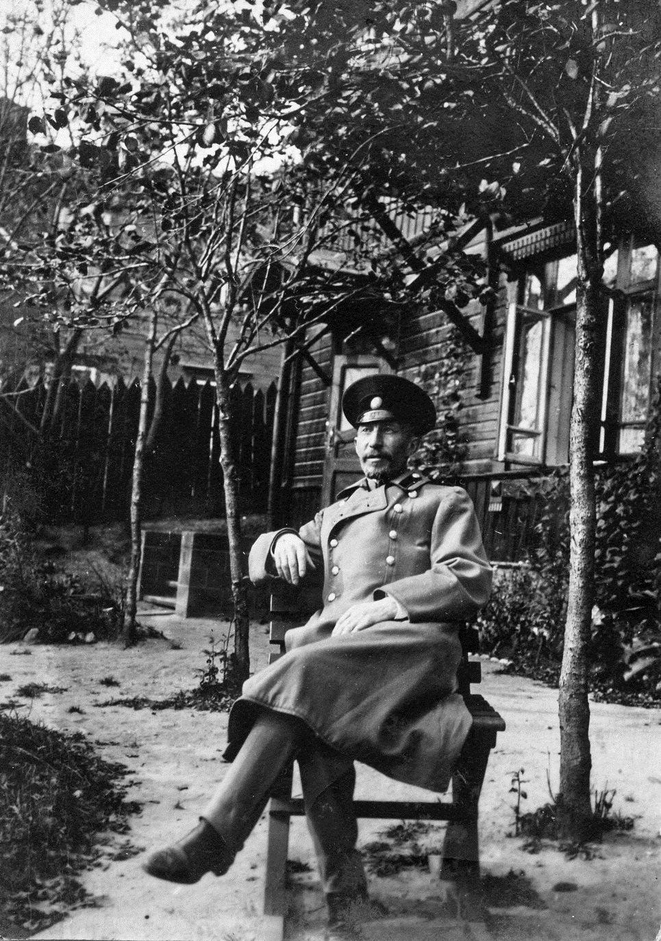 Военный инженер полковник Генрих Брониславович Кригер-Войновский во дворе дома № 53 по ул. Пушкинская. 1911