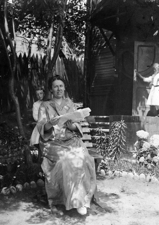 Евгения Константиновна Кригер-Войновская с дочерью Тамарой (сзади) во дворе дома № 53 по улице Пушкинской. 1911