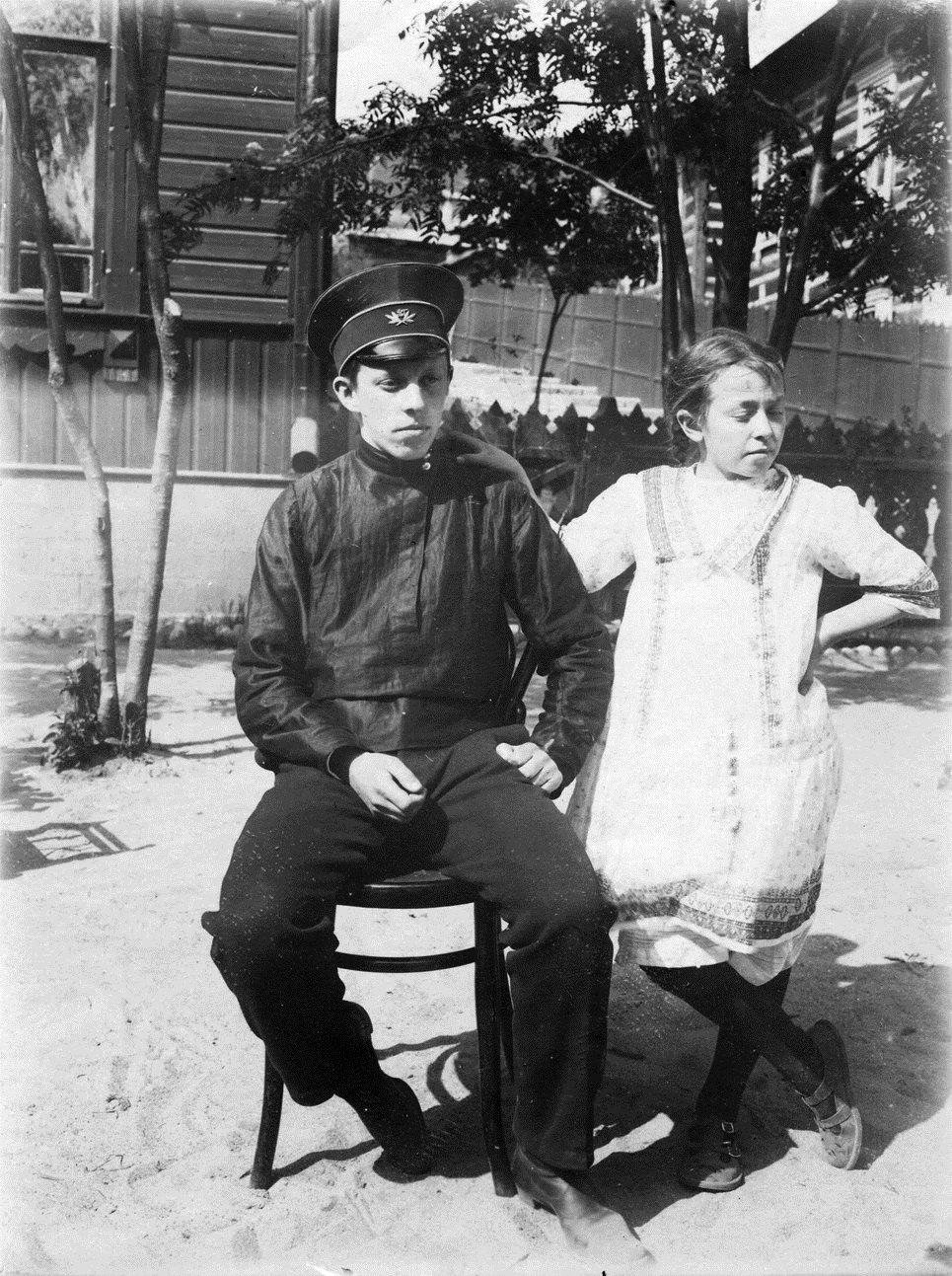 Константин и Тамара Кригер-Войновские у дома № 53 по улице Пушкинской, где инженерное ведомство снимало для их семьи квартиру.