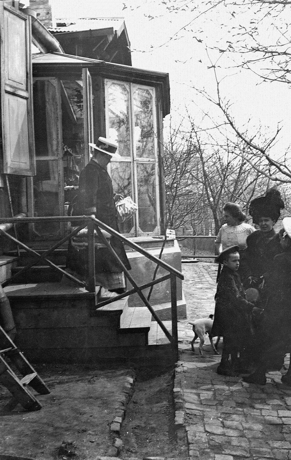 Елена Александровна Захарина с сыном Андреем и знакомыми у крыльца дома вдовы Бушуевой, в котором инженерное ведомство снимало для их семьи квартиру.