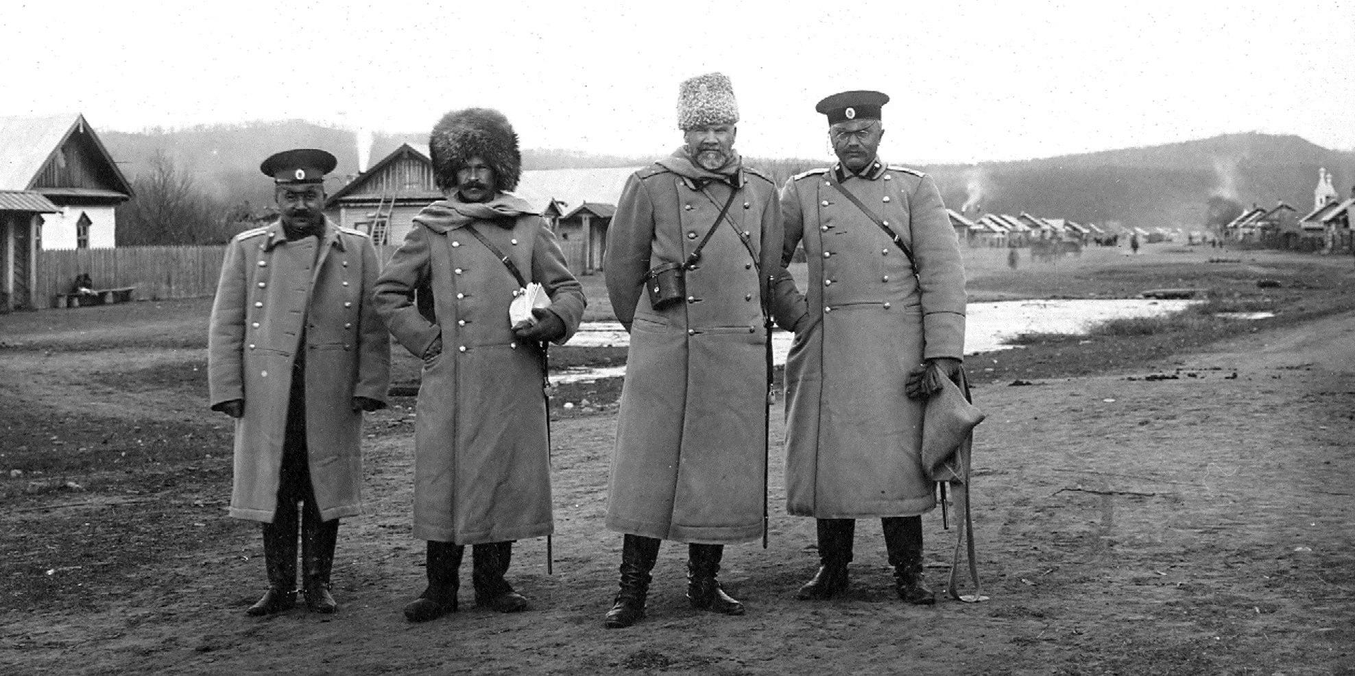 Начальник Штаба Владивостокской крепости генерал-майор А.П. Будберг (первый справа) и комендант