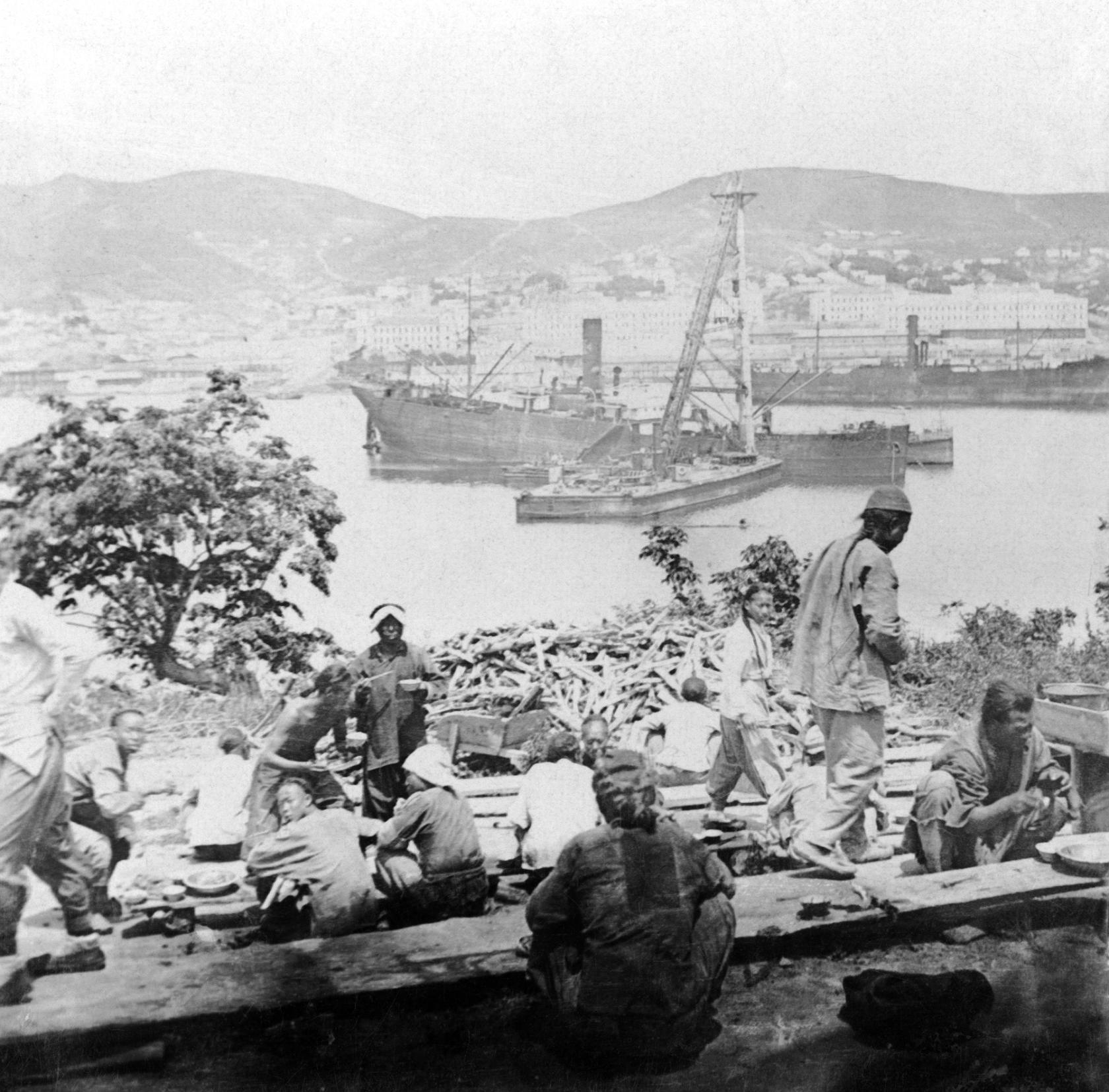 Китайские рабочие на южном берегу бухты