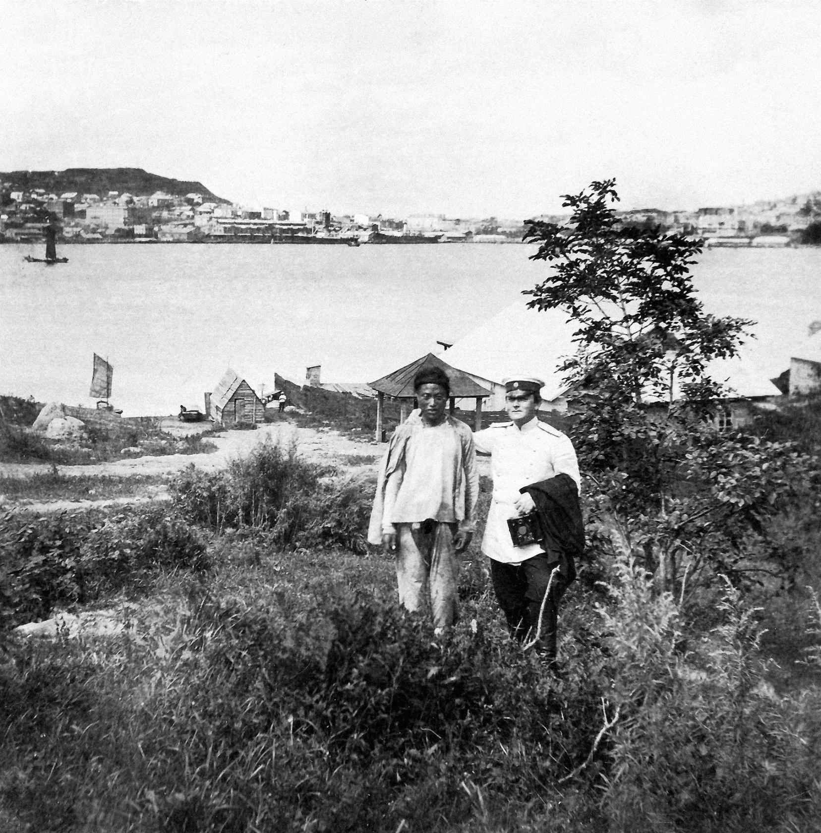 Фото с китайцем на фоне бухты и города. 1904