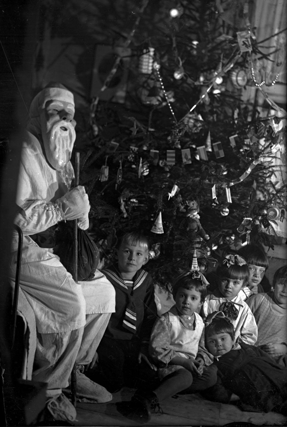 1930-е. Дед Мороз с детьми на новогодней ёлке. Автор Я. Берлин.