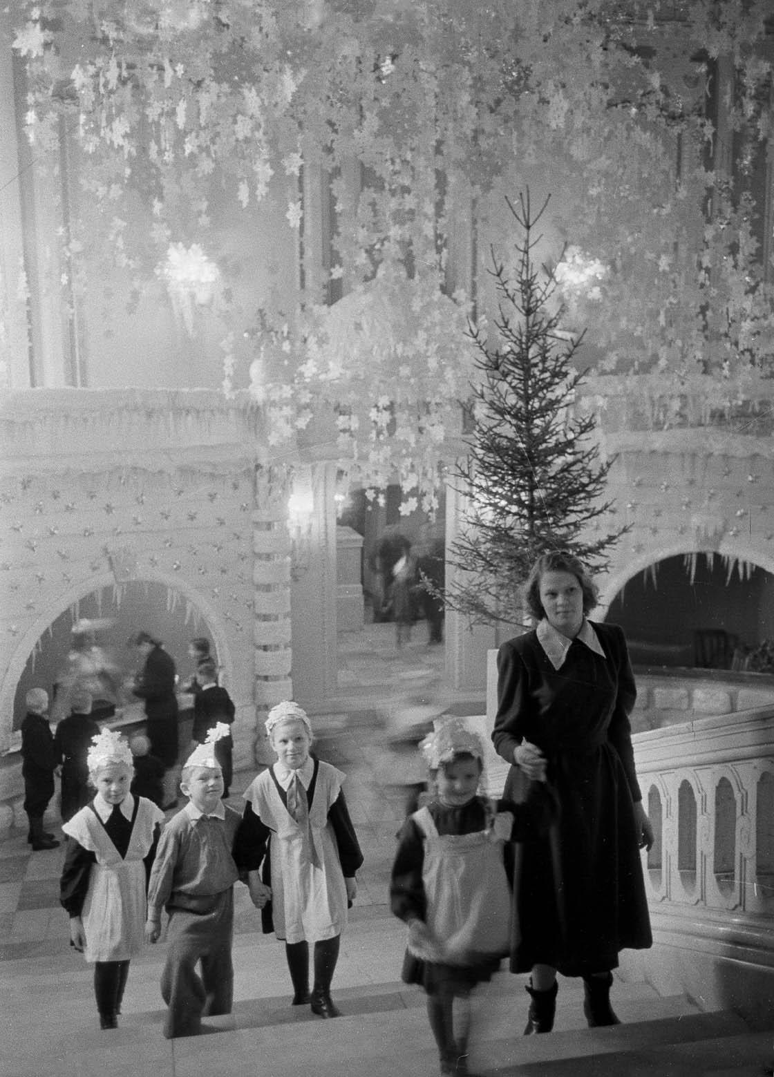 1951. Московские школьники идут на ёлку в Колонный зал Дома союзов. Автор Б. Колесников