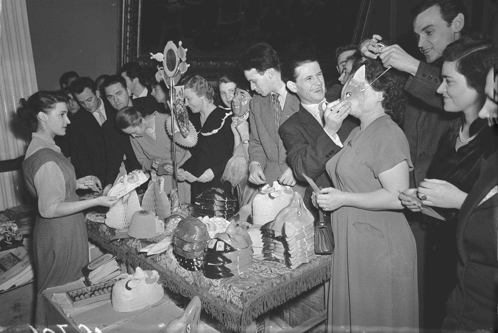 1958. Участники новогоднего бала молодёжи в Большом Кремлёвском дворце покупают маски. Авторы В. Кошевой, В. Егоров. 1 января