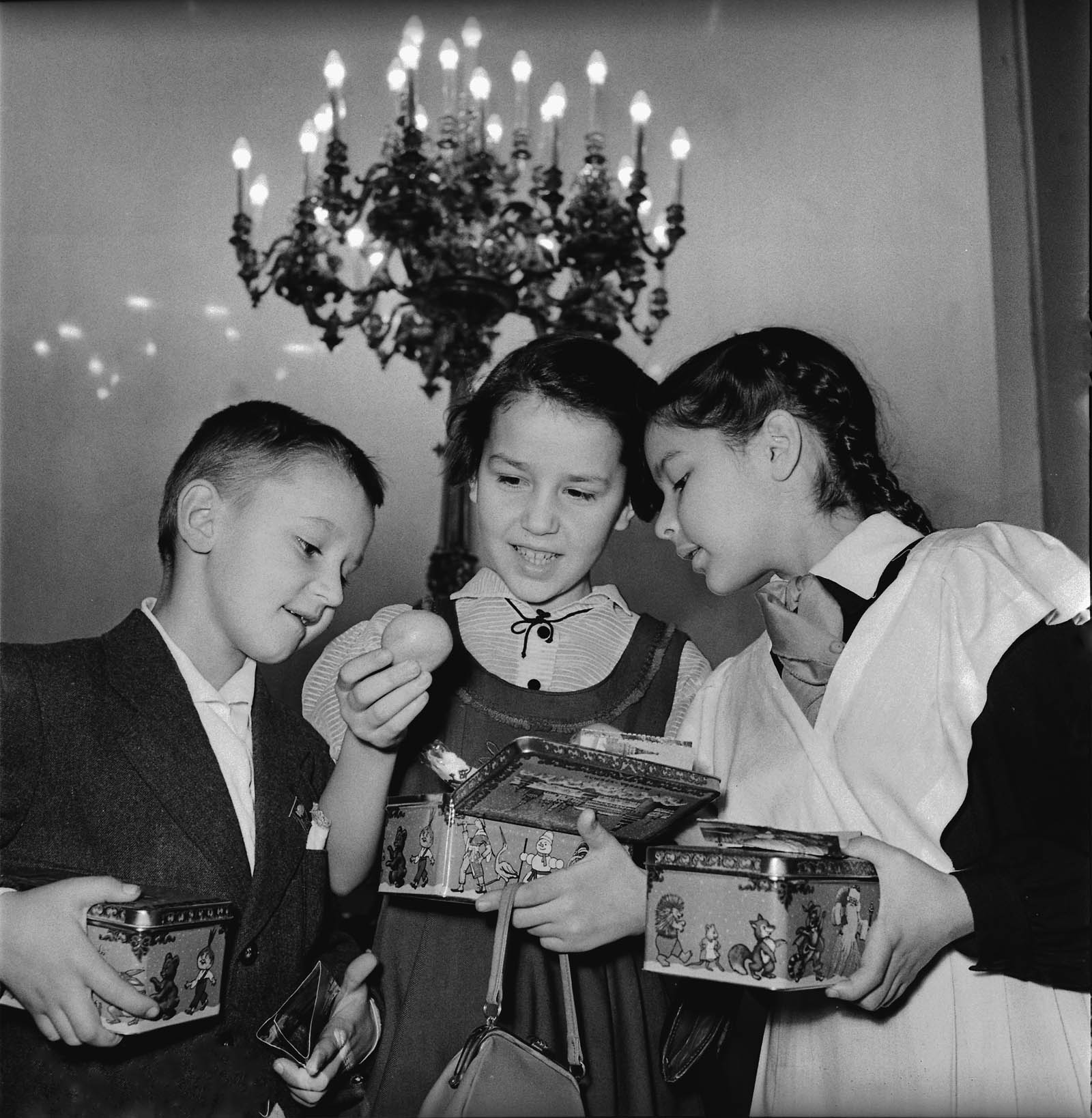 1958. Школьники рассматривают подарки, полученные на ёлке в Кремле. Автор Д. Шоломович.