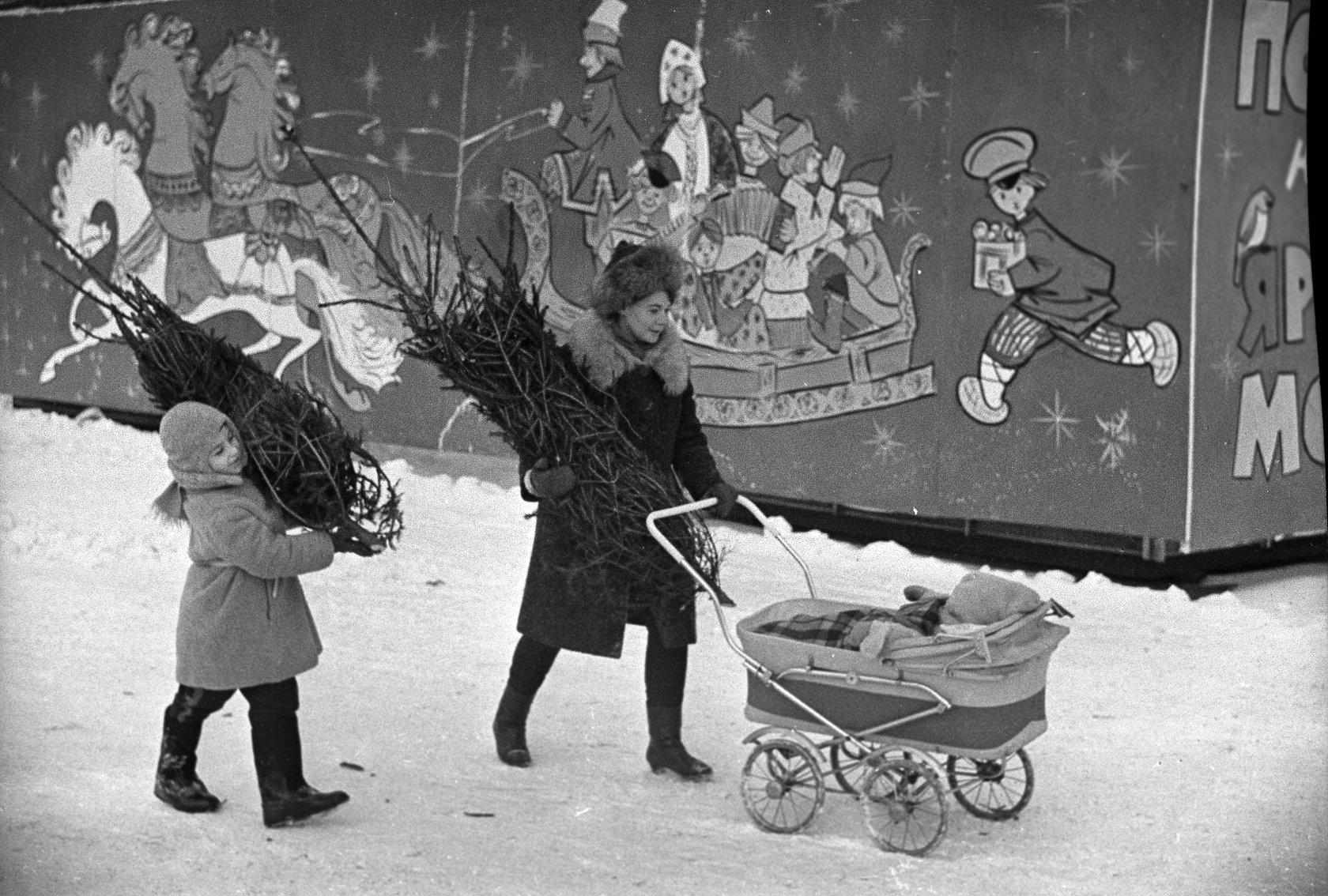 1969. Москвичи возвращаются с ёлочного базара. Автор В. Христофоров. 20 декабря