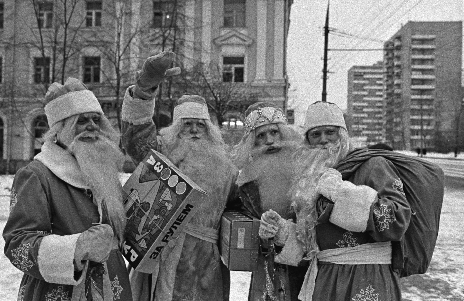 1976. Деды Морозы — сотрудники фирмы Заря. Автор Г. Корабельников. Декабрь