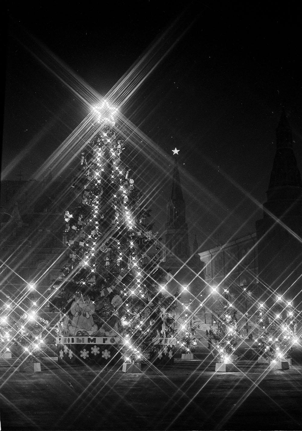 1985. Праздничная новогодняя ёлка в вечернем освещении на территории Кремля. Автор С. Войков. Январь