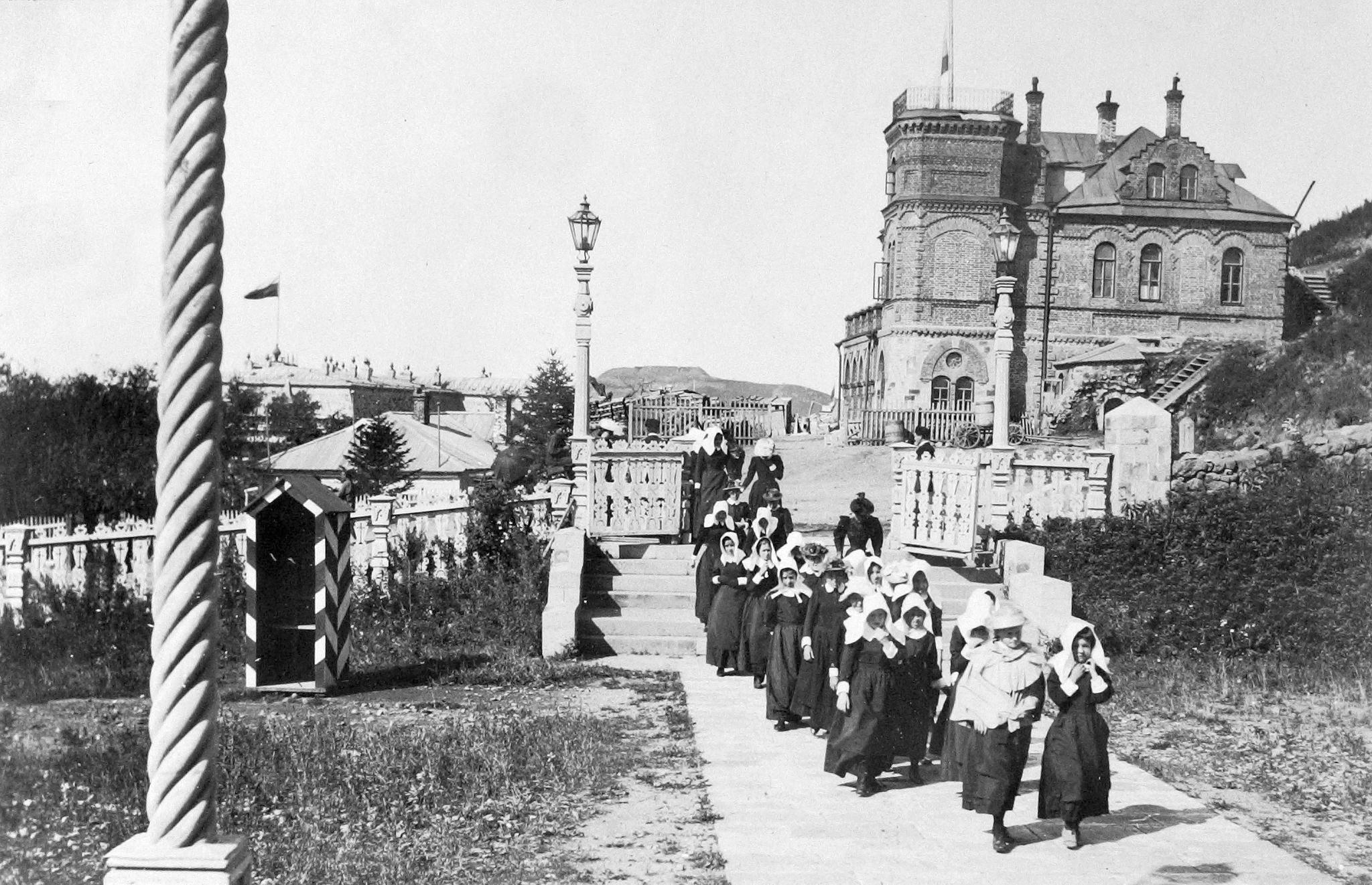 Воспитанницы у Успенского Кафедрального собора. 1893