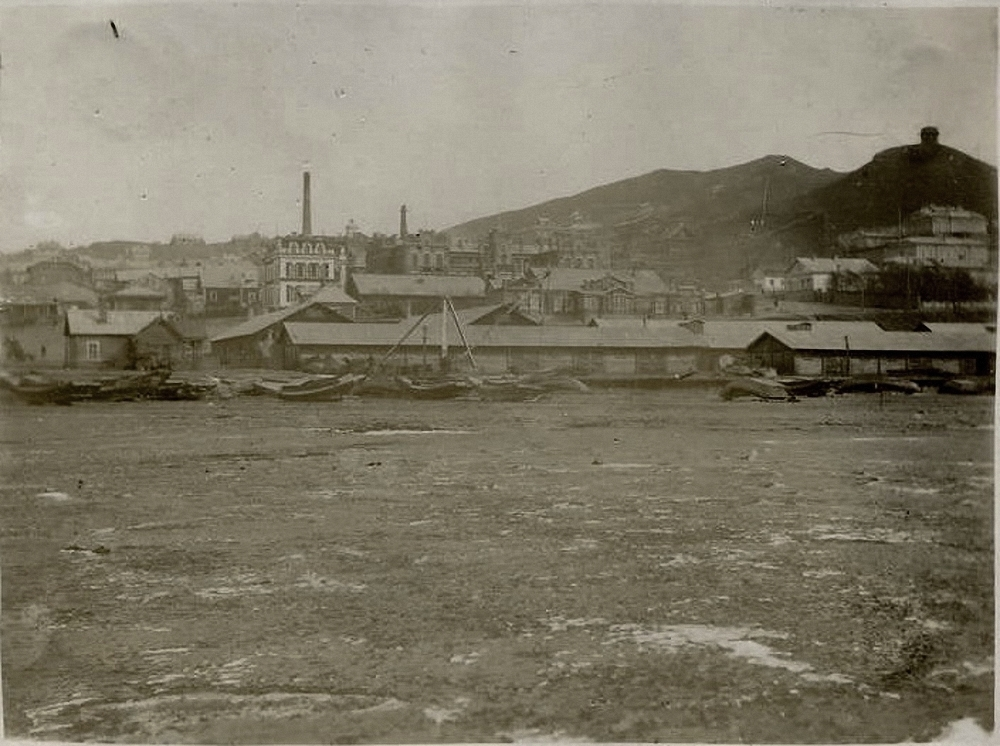 Вид со льда бухты на город восточнее базара. 1896