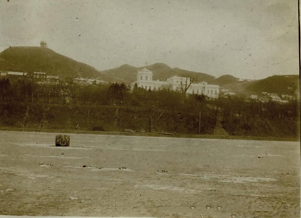 Вид со льда бухты на дом командира порта. 1898