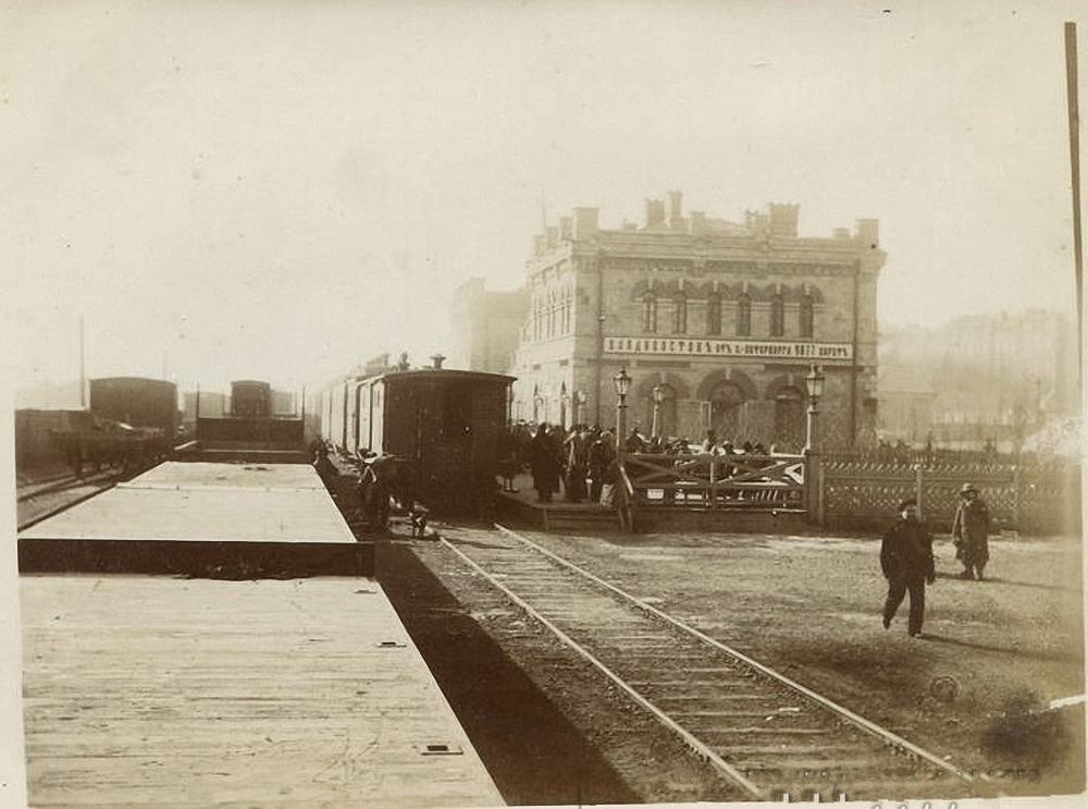 Вторая платформа с северной стороны вокзала. 1895