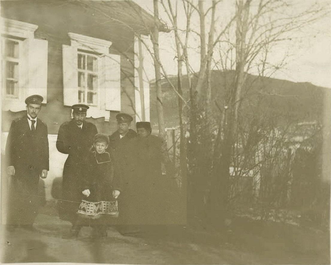 Морские офицеры возле дома Красильниковой Серафимы. 1895