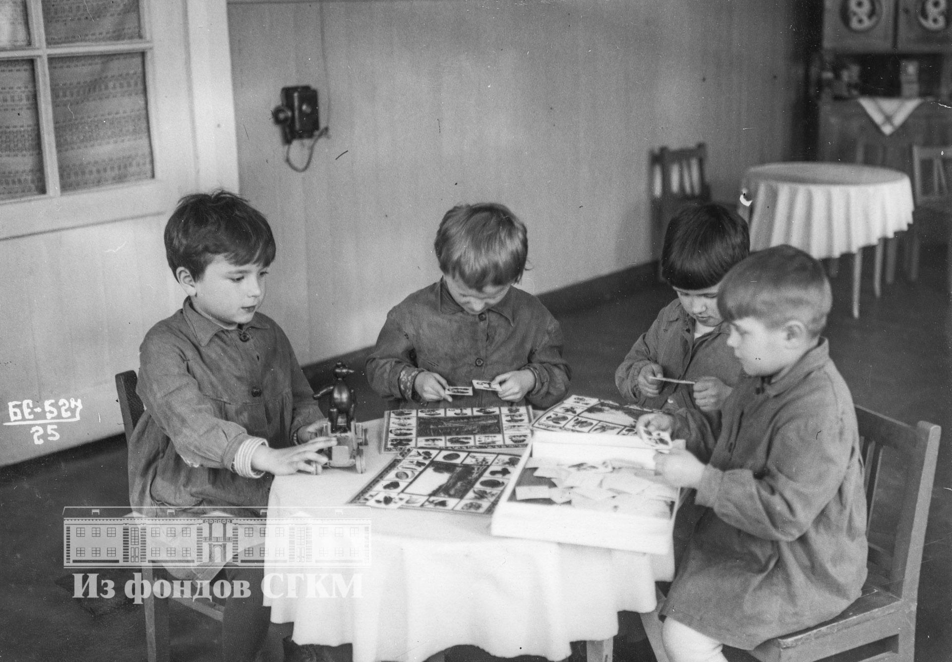 1940. Детский сад строительства. Младшая группа за играми.