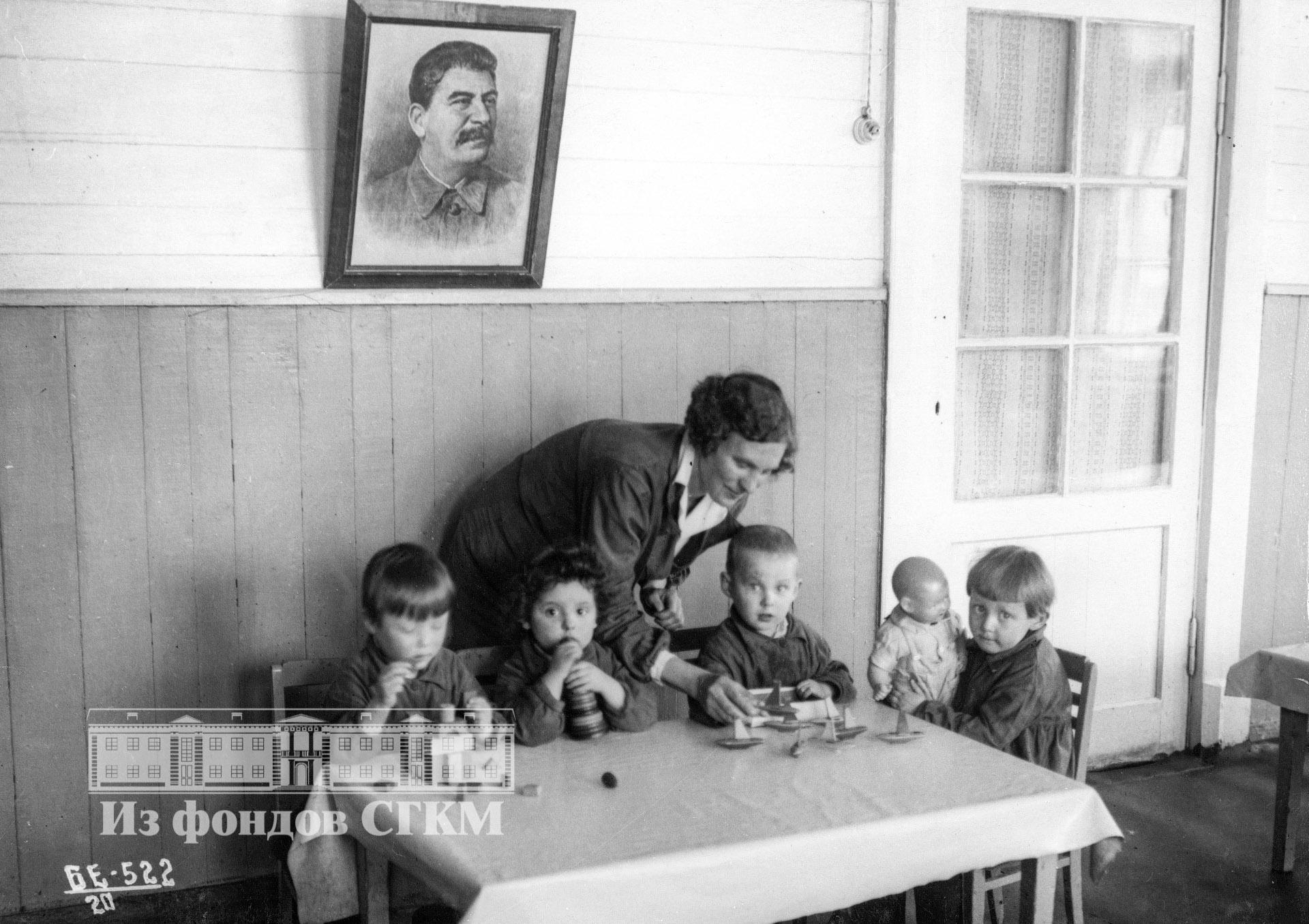 1940. Детский сад строительства. Младшая группа за играми