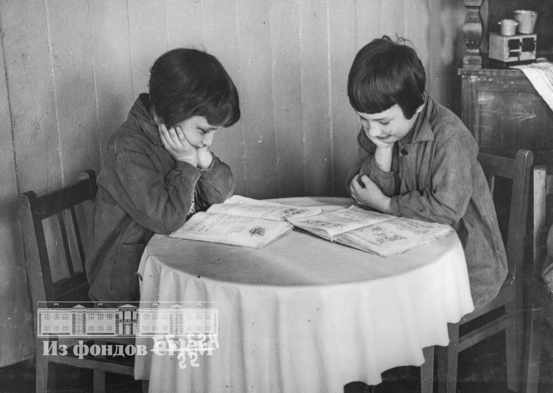 1940. Детский сад строительства. Старшая группа за чтением сказок
