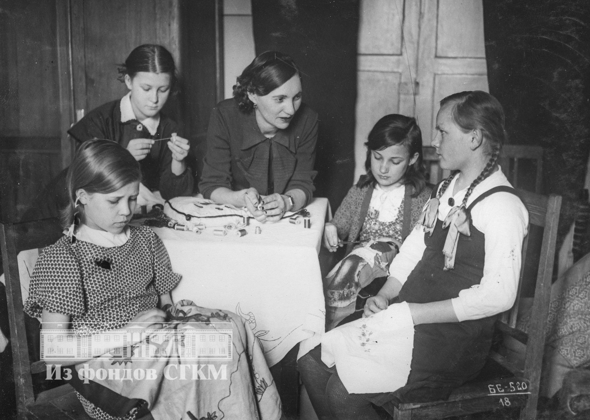 1940. Пионерский дом. Кружок художественной вышивки