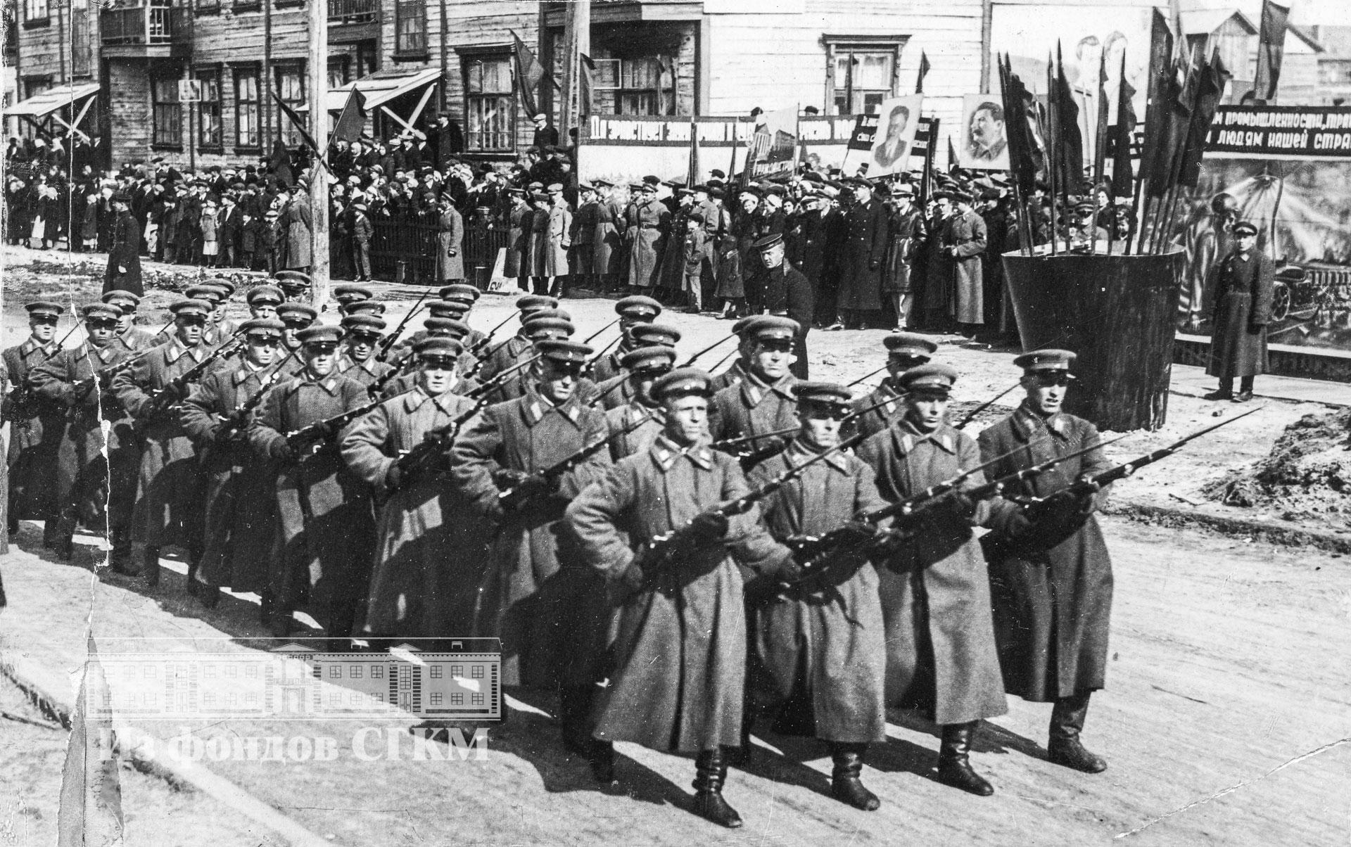 1941. Бойцы ВОХРа на параде в день Первомая