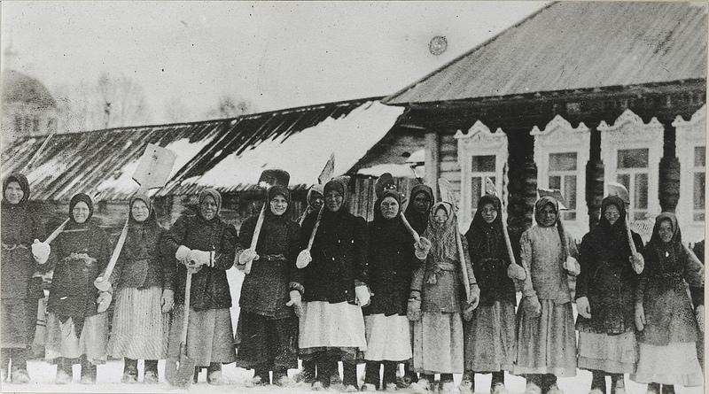 Беженки на уборке снега