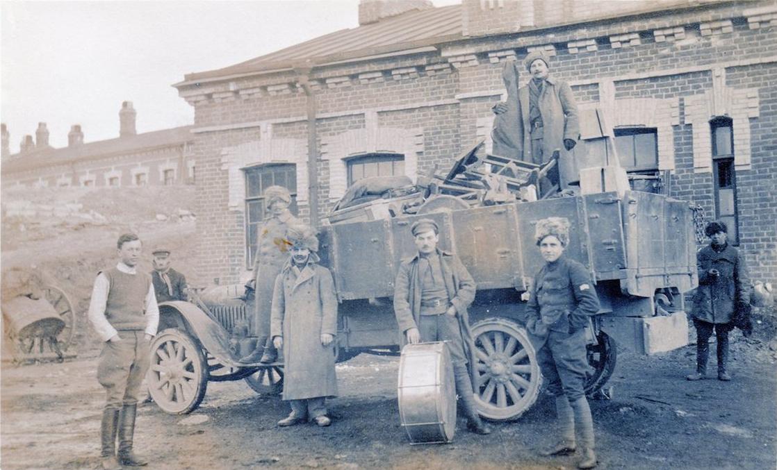 Чехословацкие военные возле казарм