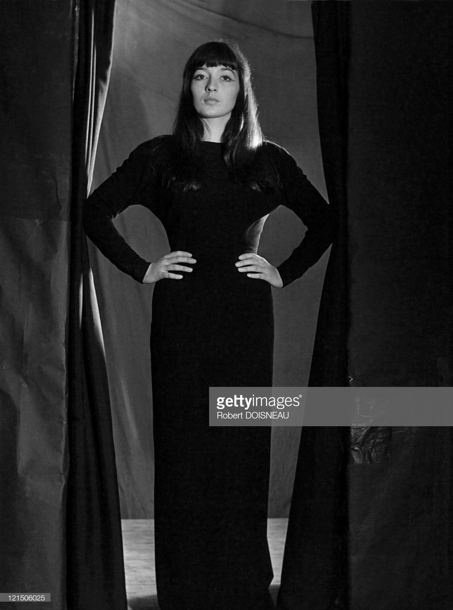 """1950. Джульетт Греко, актриса и певица в кабаре """"Красная роза"""", Париж"""