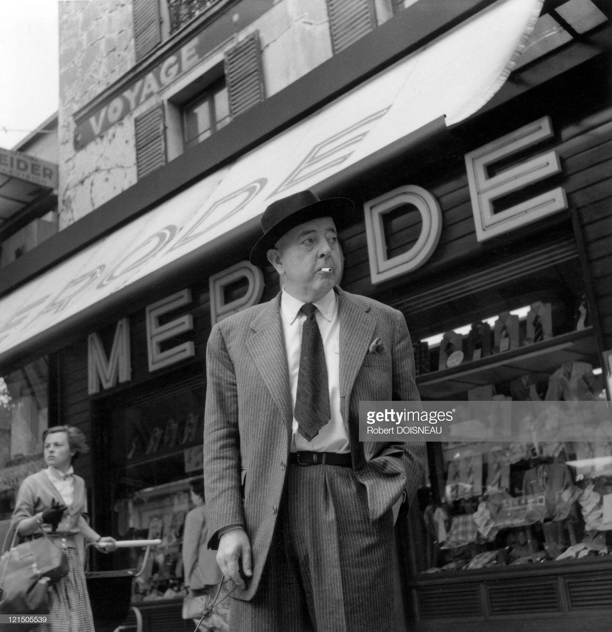 1955. Жак Превер , авеню генерала Леклерка, напротив магазина Merode, Париж, 14-й округ