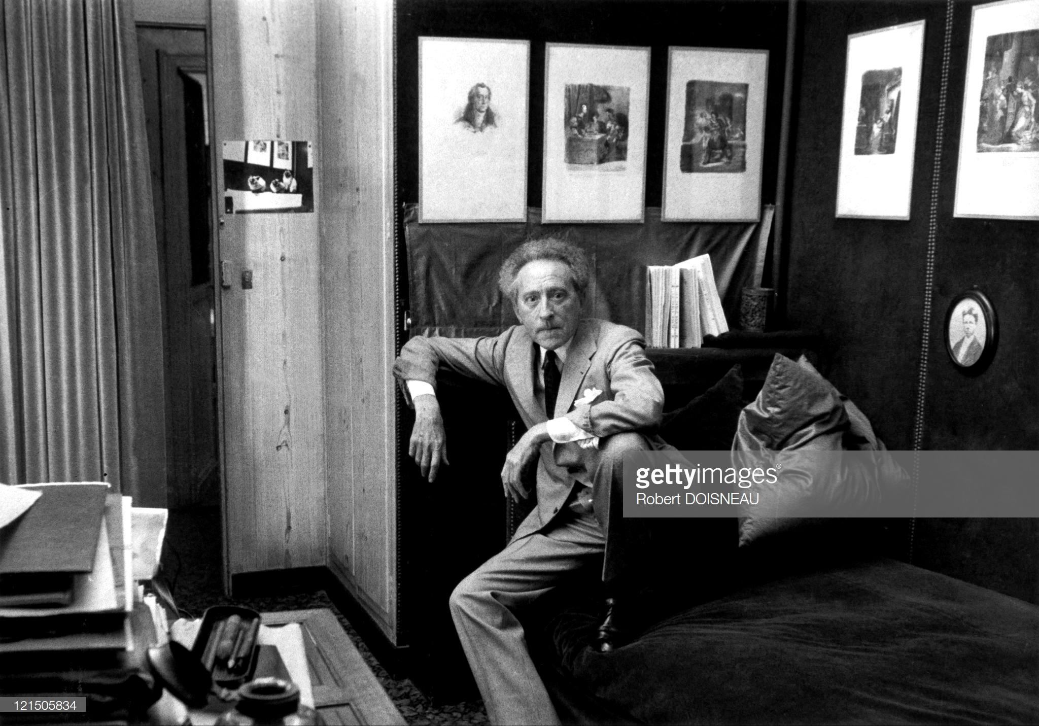 1955. Поэт и писатель Жан Кокто у себя дома