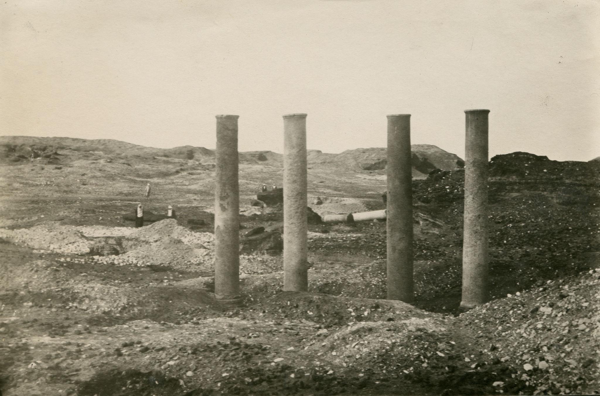 1920. Колонны в древнем городе Гермополис Мегале