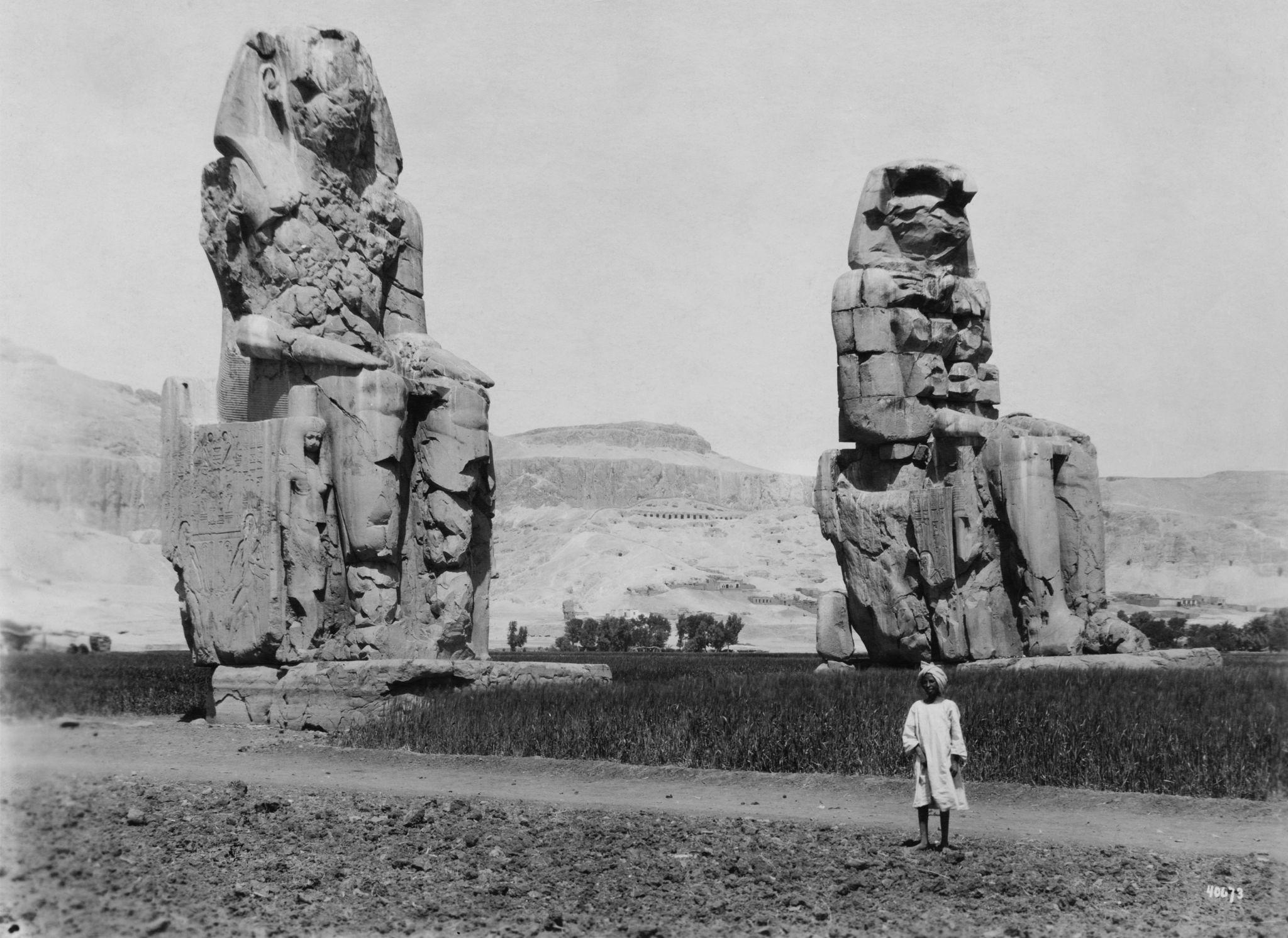 1920. Колоссы Мемнона, две гигантские статуи фараона Аменхотепа III, построенные в 14 веке до нашей эры