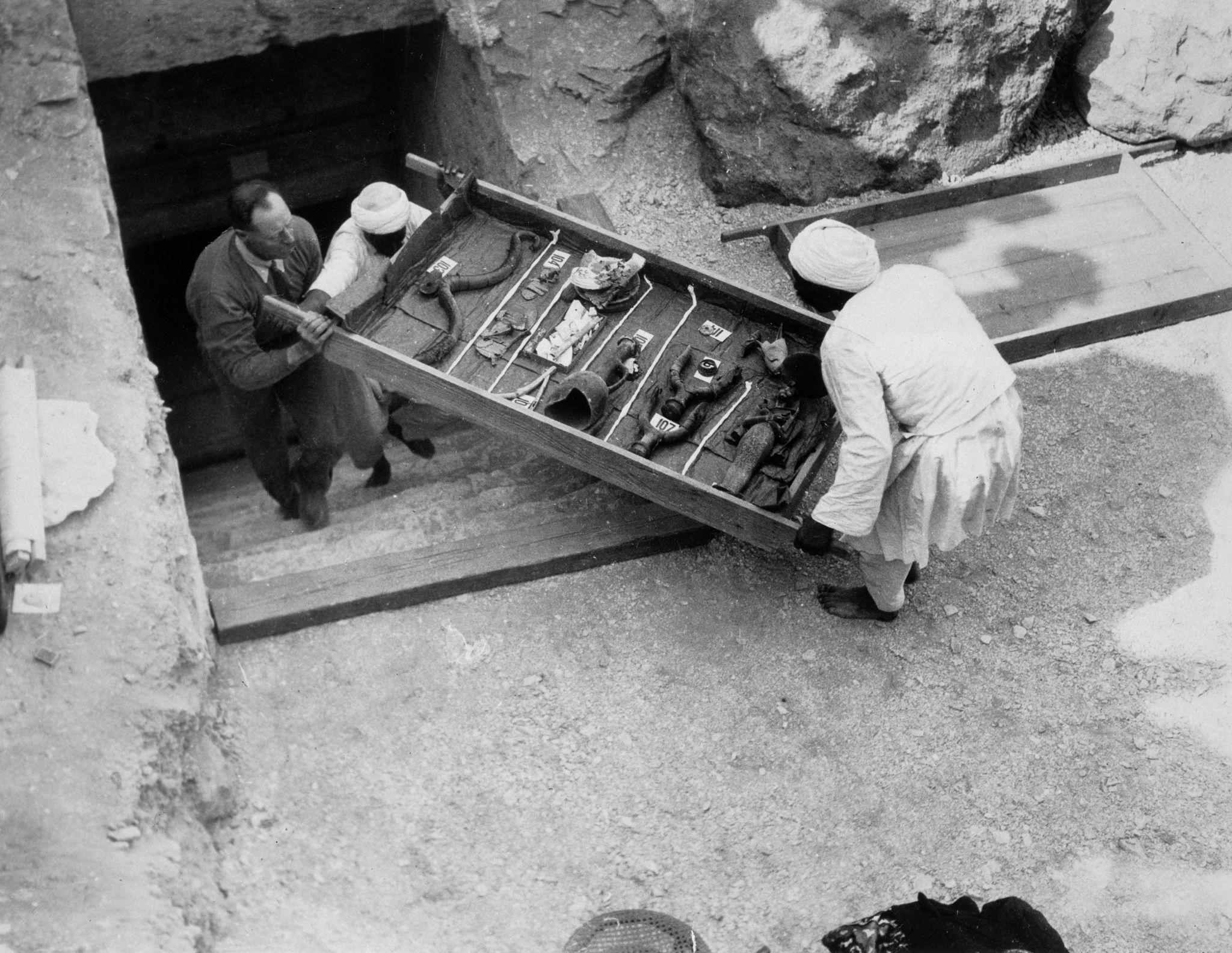 1922. Извлечение предметов из гробницы Тутанхамона, Долина Царей