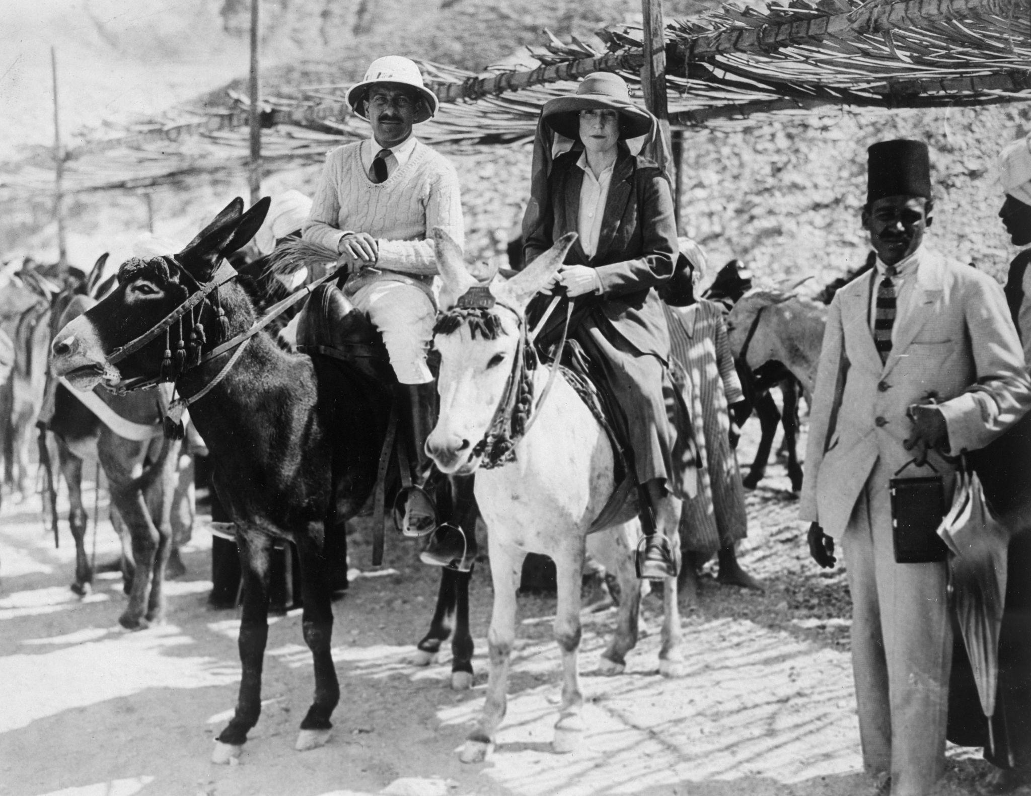 1922. Посетители гробницы Тутанхамона. Леди Риблсдейл и мистер Стивен Власто прибывают на осликах