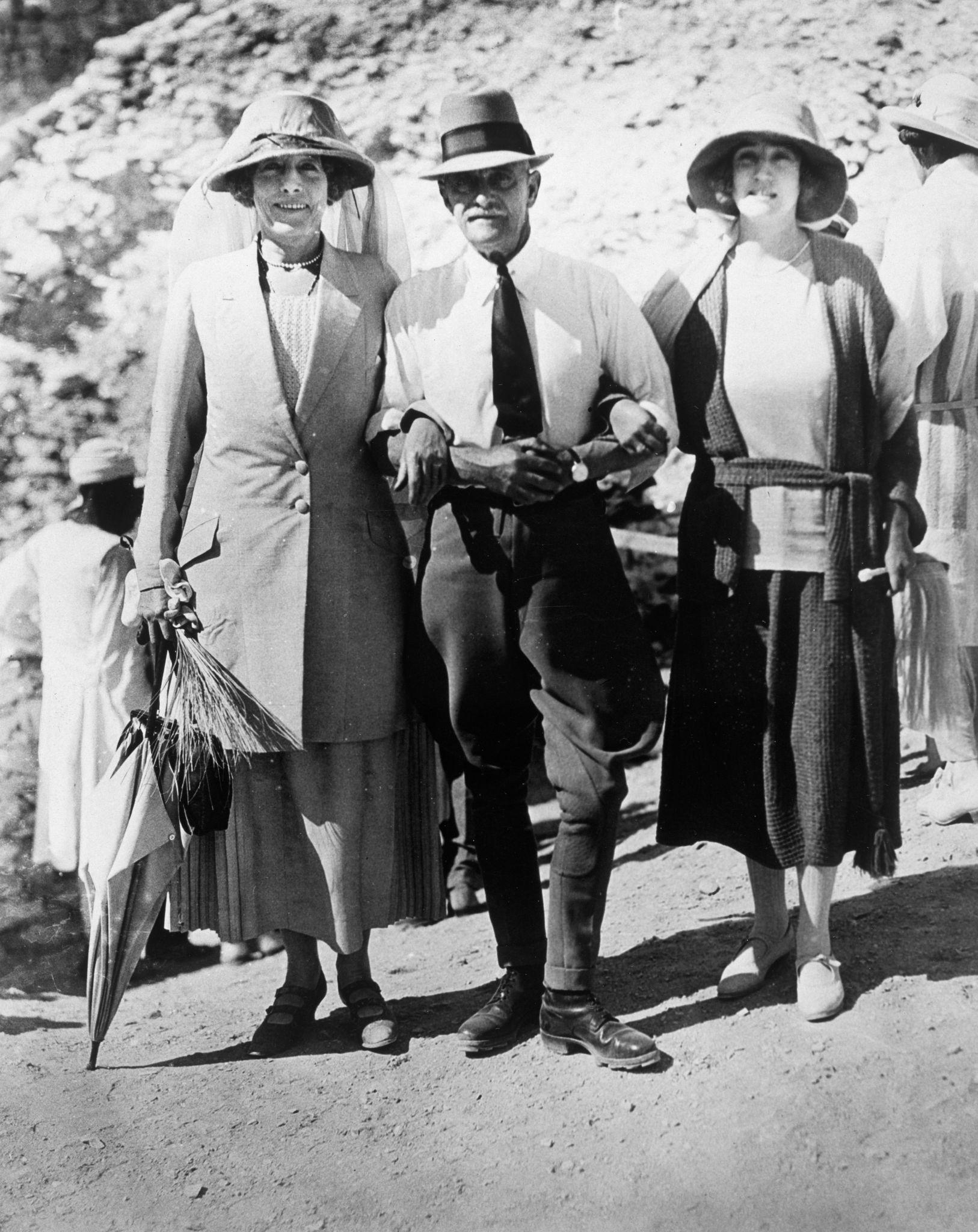 1922. Посетители гробницы Тутанхамона: леди Сомерлейтон, полковник Уотсон-паша и достопочтенная леди Александер