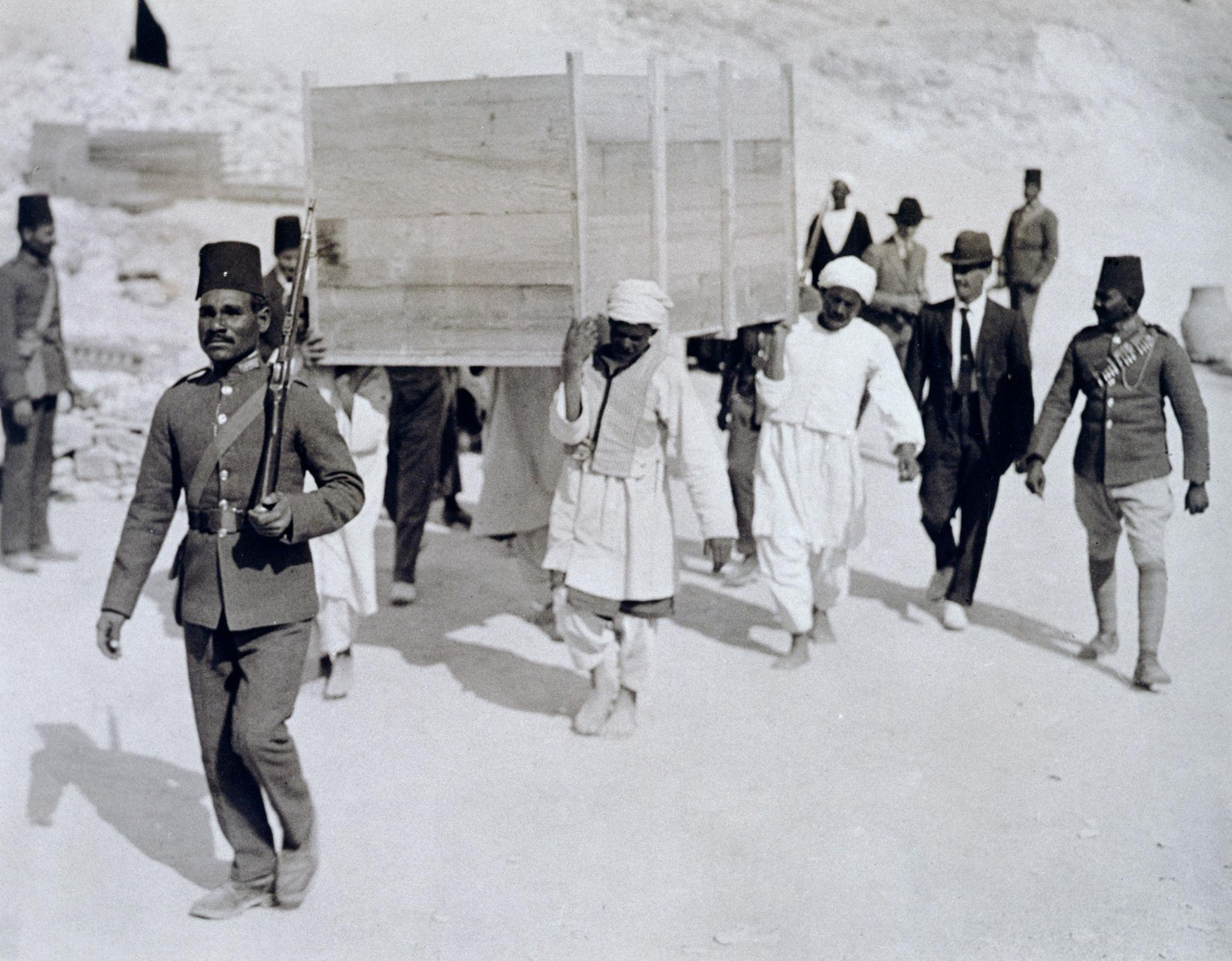 1922. Ящик с позолоченной колесницей извлекают из гробницы Тутанхамона