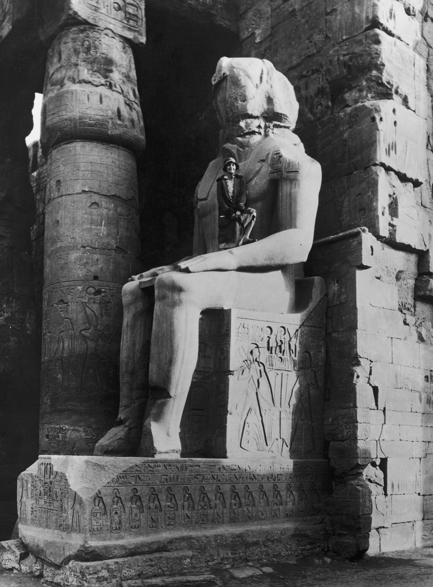 1925. Туристка во дворе Рамсеса II в Луксорском храме