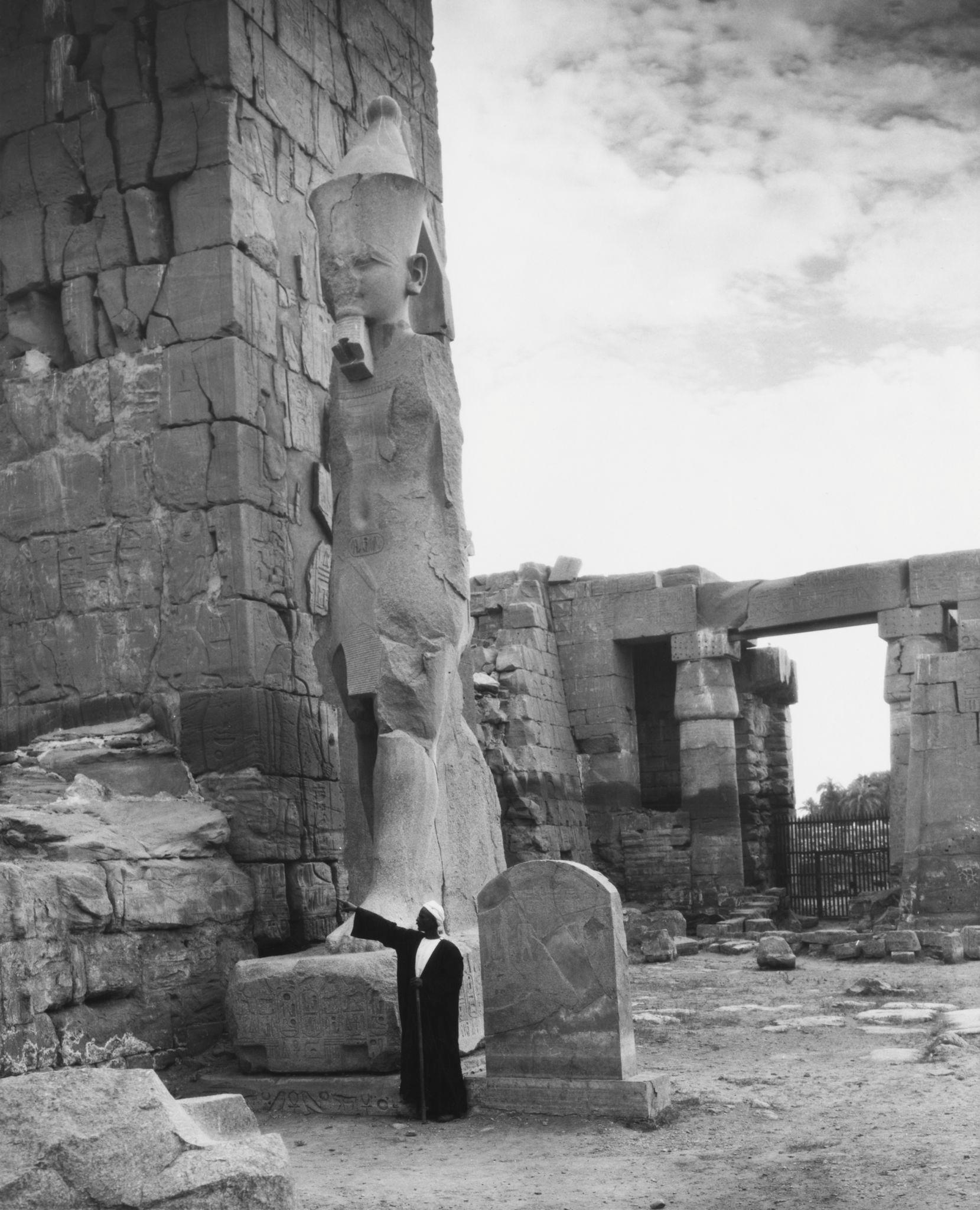 1955. Гигантская статуя в храмовом комплексе Карнака