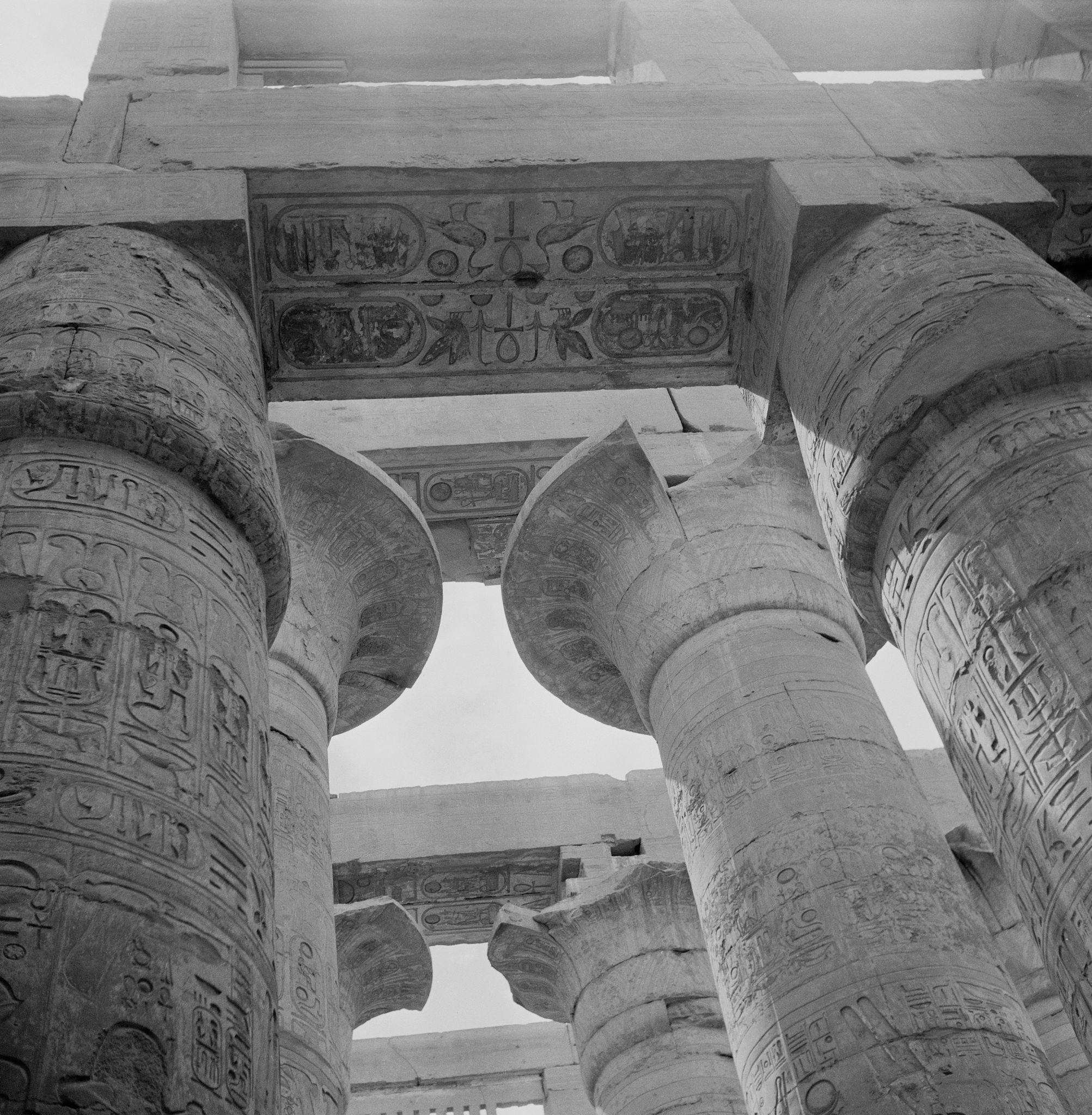 1955. Колонны в Большом Гипостильном Зале храма Амона-Ре, части Карнакского храмового комплекса