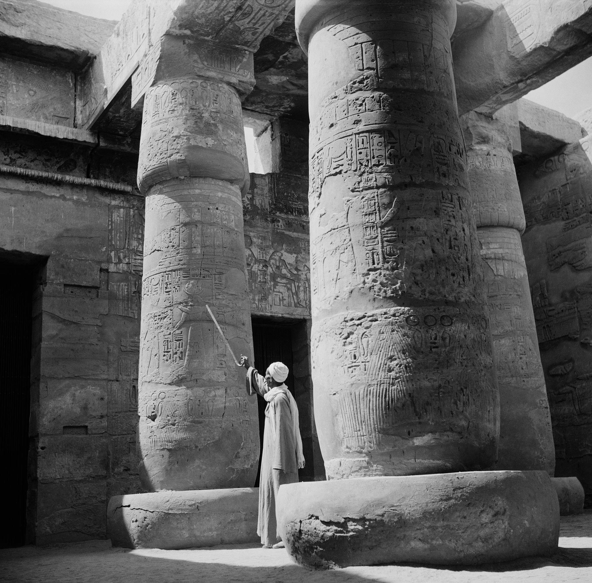 1955. Гид объясняет некоторые из иероглифов в Большом Гипостильном Зале храма Амон-Ре, являющегося частью Карнакского храмового комплекса